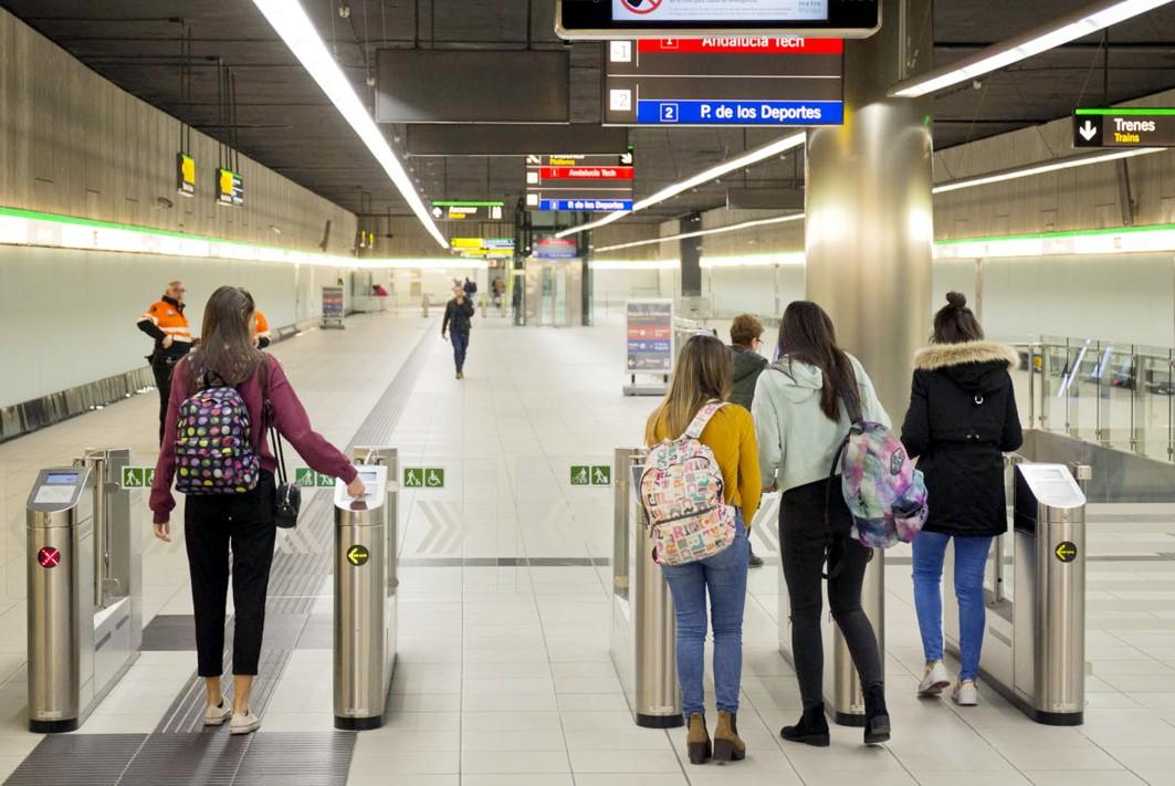Viajeros en el metro de Málaga.