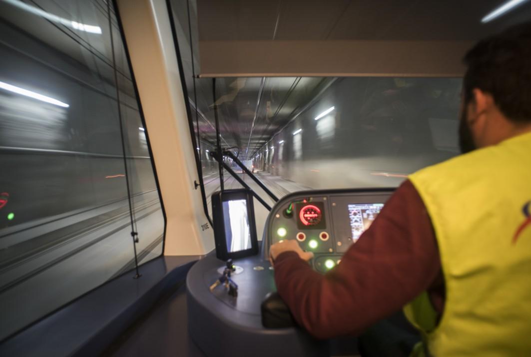 Unidad circulando en pruebas por el túnel del Metro de Granada.