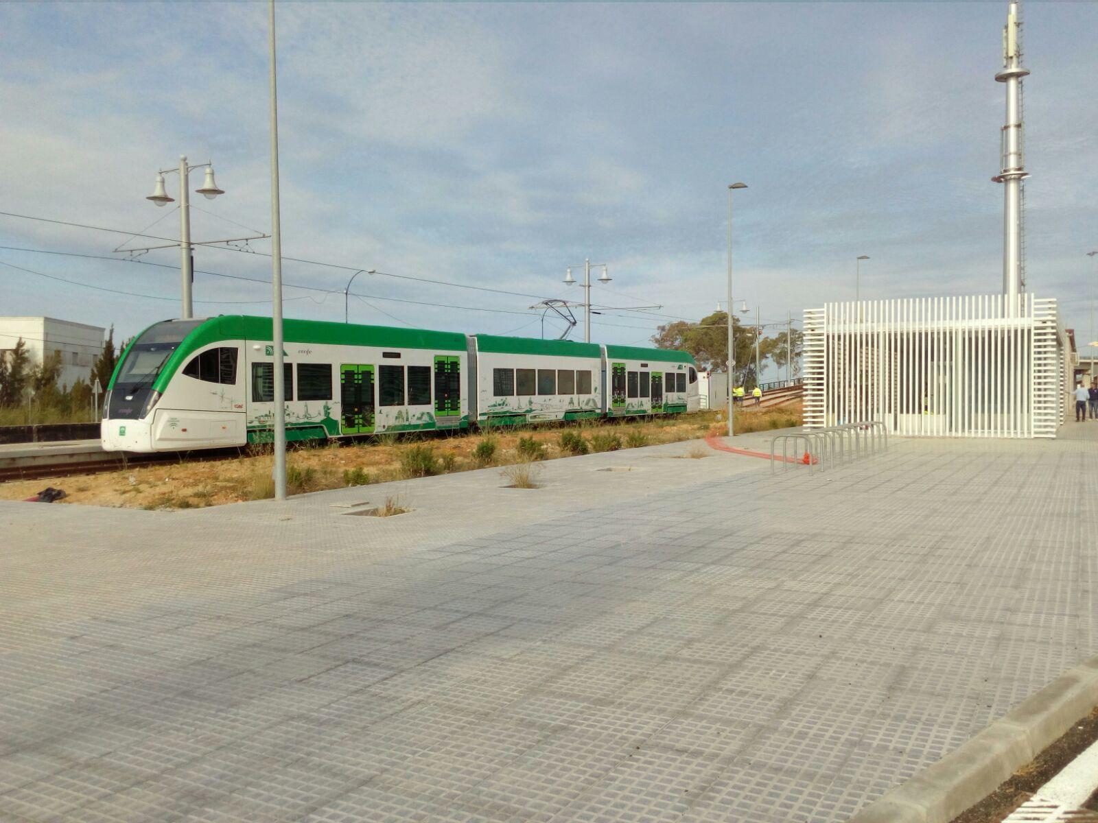 Vehículo del tren tranvía en la parada de La Ardila, en San Fernando.