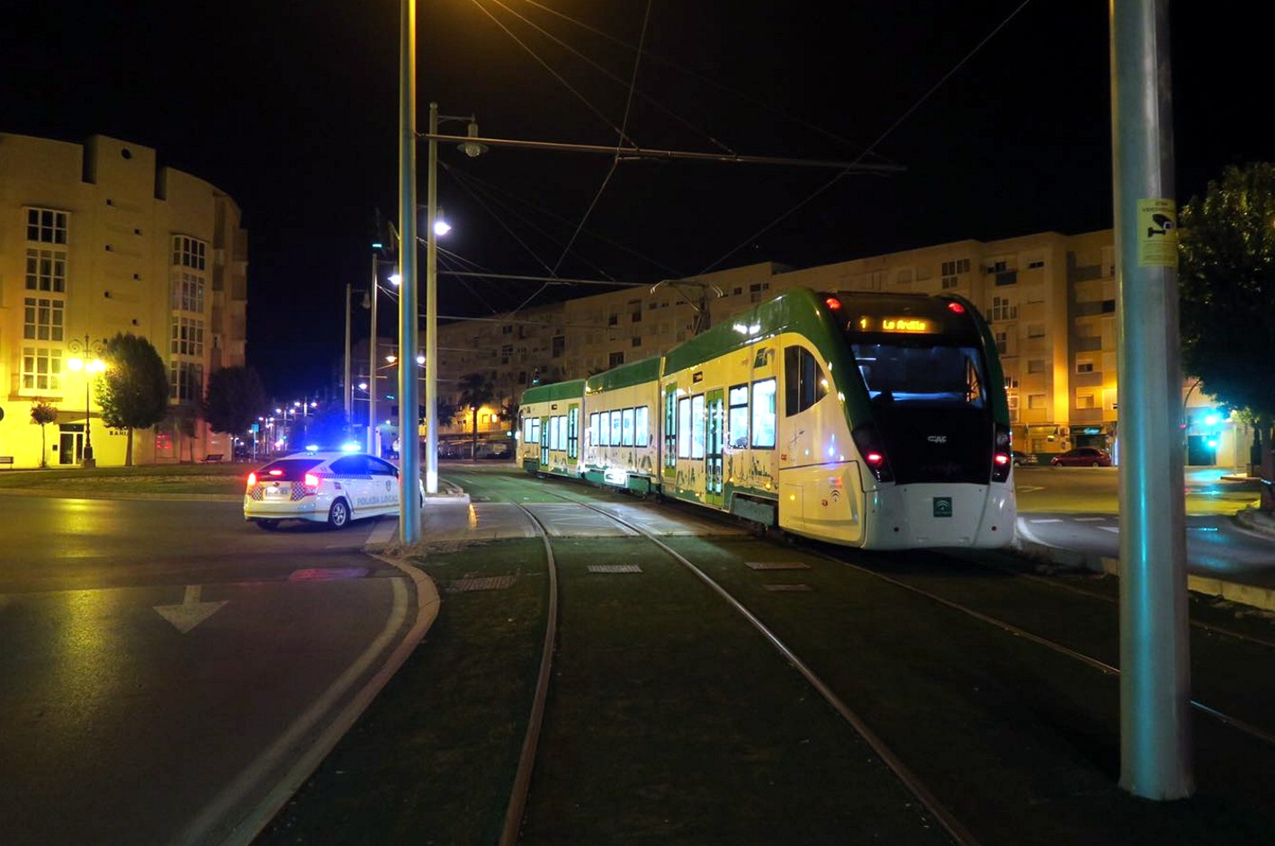 El tranvía de la Bahía de Cádiz a su paso por la glorieta del Santo Entierro en San Fernando.