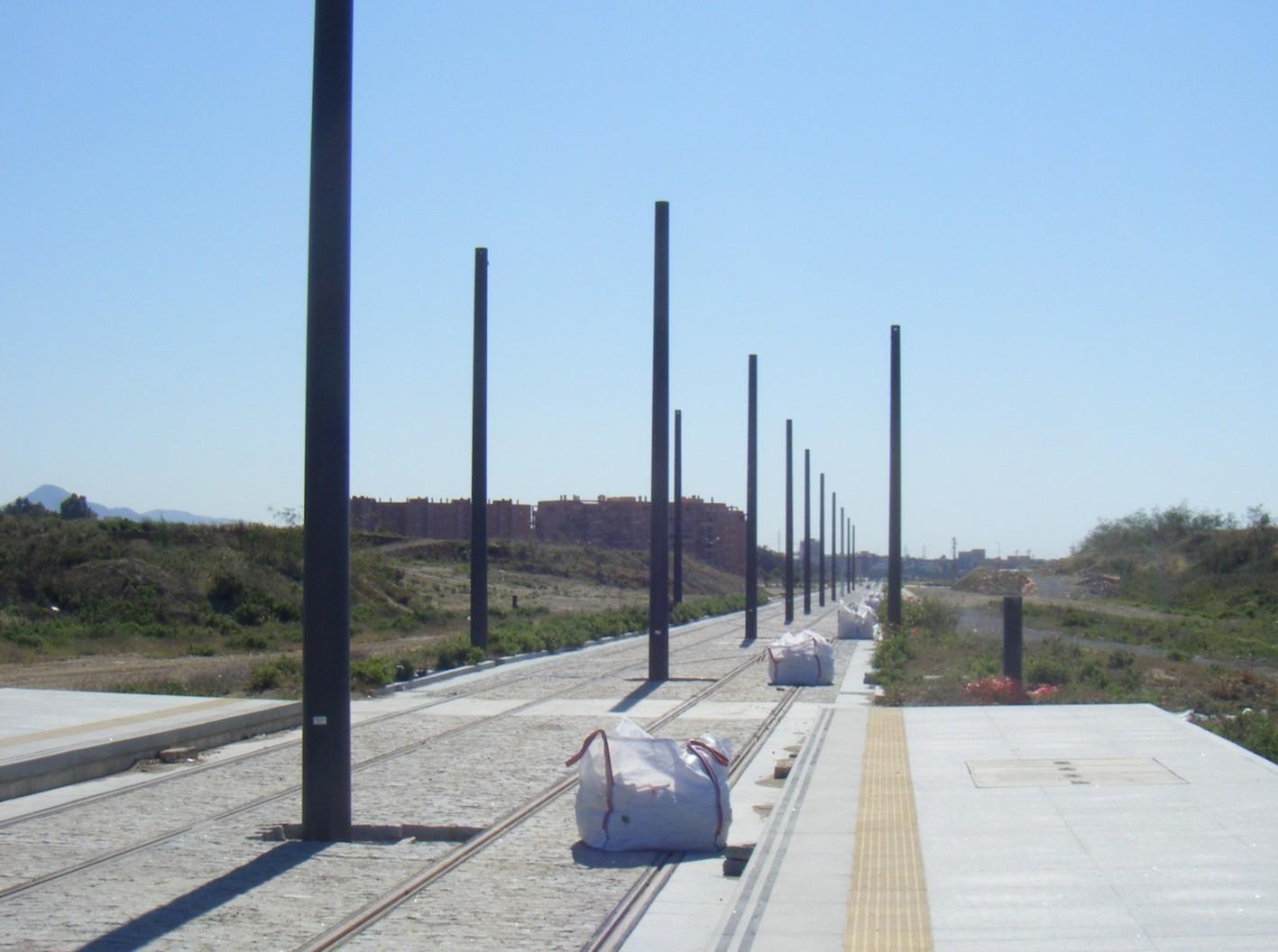 Los primeros postes para la catenaria ya están instalados en el tramo Cocheras - Doctor Domínguez.