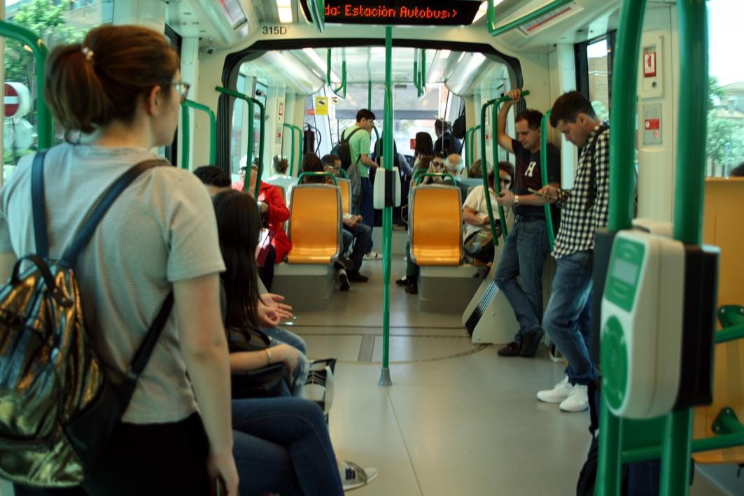Usuarios en el interior del metro de Granada.