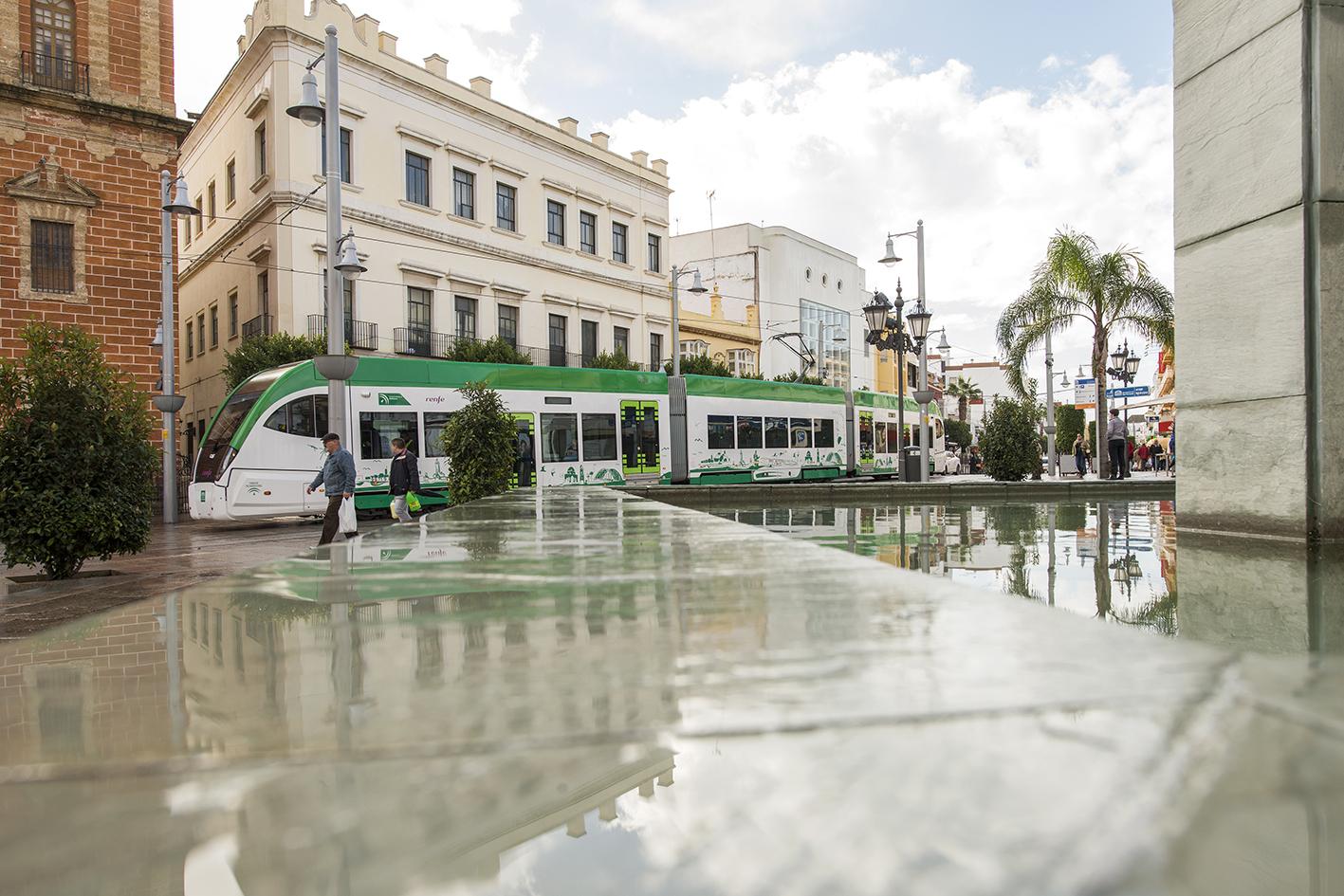 El tranvía en pruebas a su paso por al calle Real.