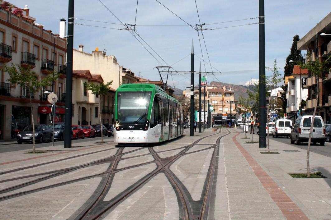 Unidad móvil estacionada en la parada inicial del recorrido en Albolote.