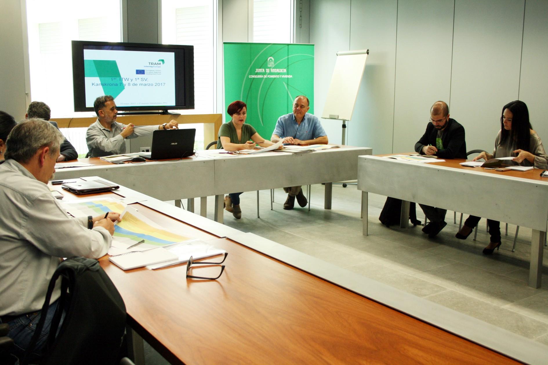 Reunión de grupos de interesados en la sede de la Consejería de Fomento.