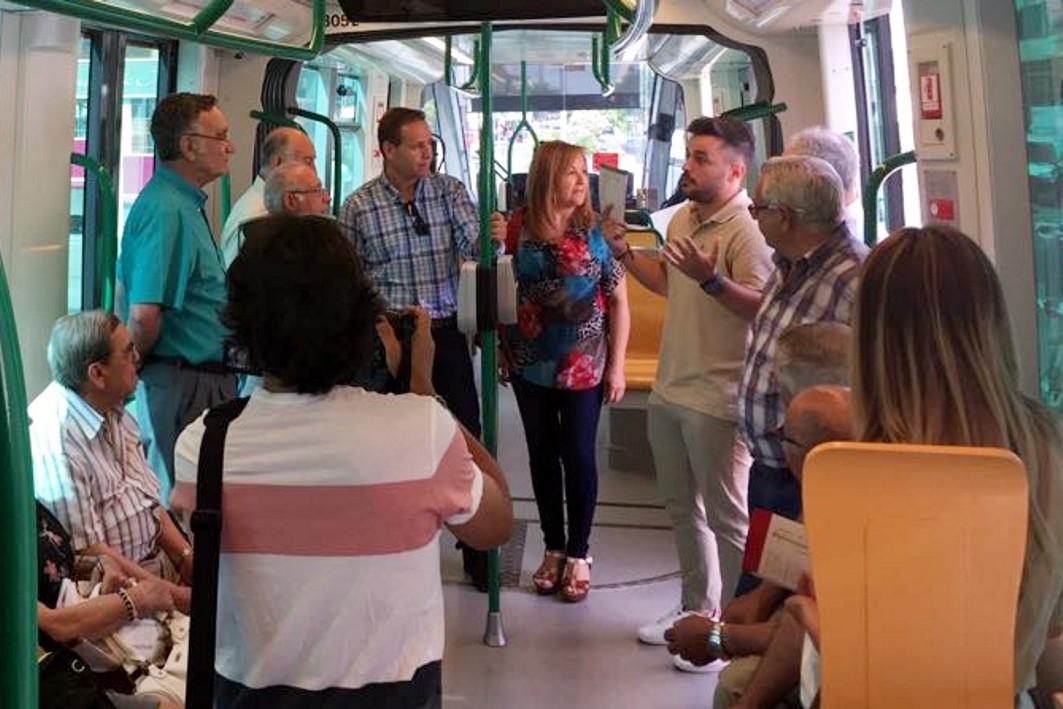 Los metroguías se dirigen al grupo de escolares en el interior del tren estacionado en Armilla.
