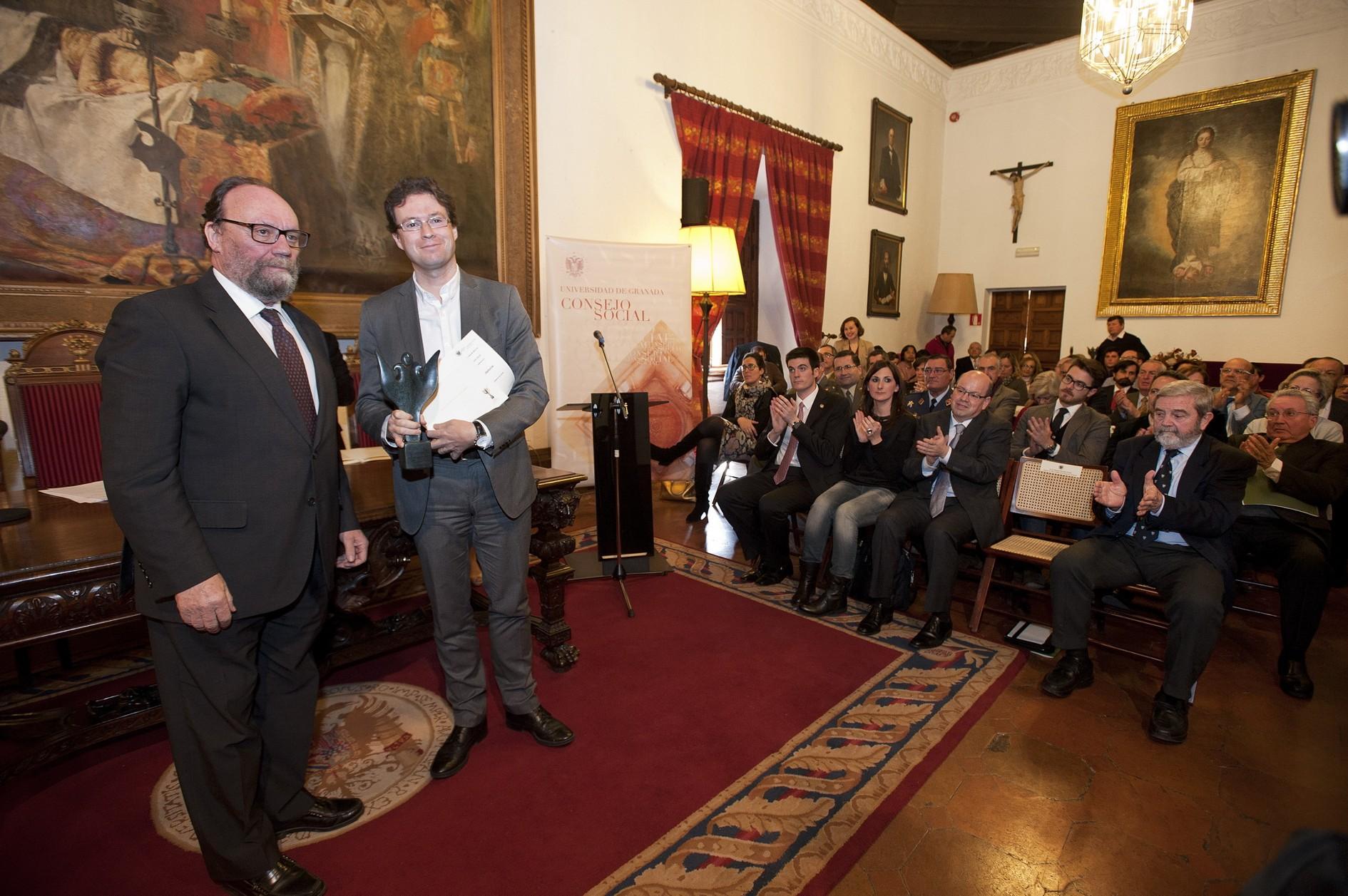 El delegado territorial de Fomento de Granada recibe el premio en nombre de la Agencia.