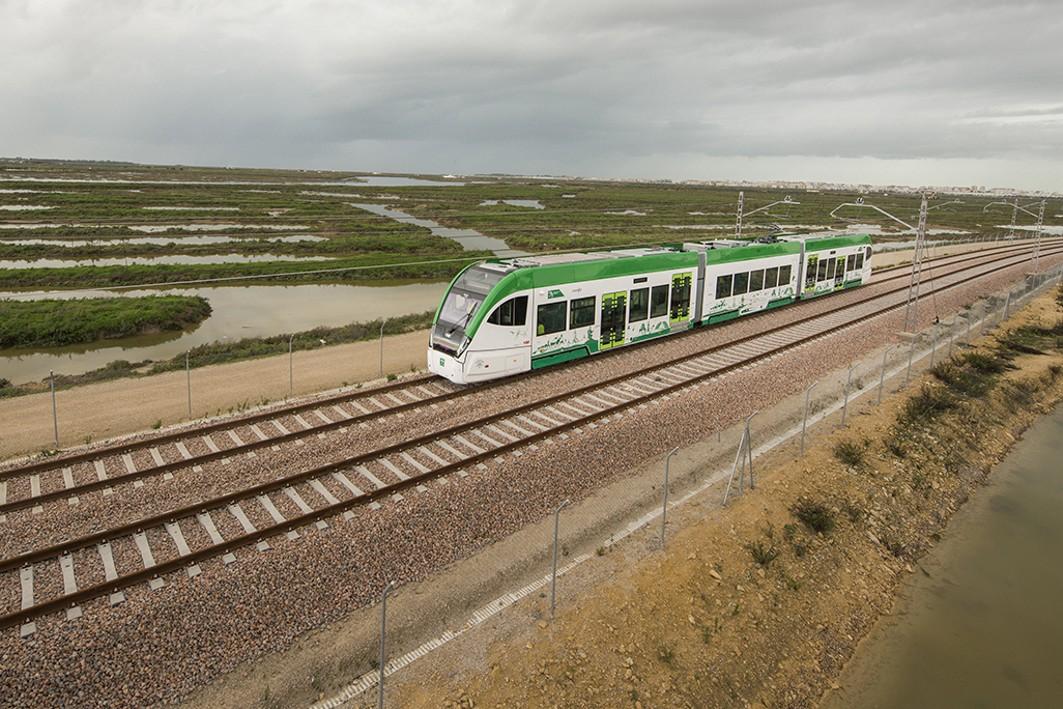 Imagen del tren tranvía en pruebas circulando por el tramo interurbano.
