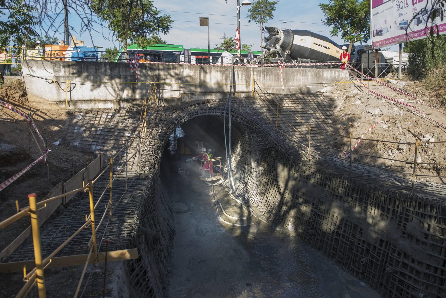 El metro de Granada pasa sobre las obras de encauzamiento del arroyo Juncaril.