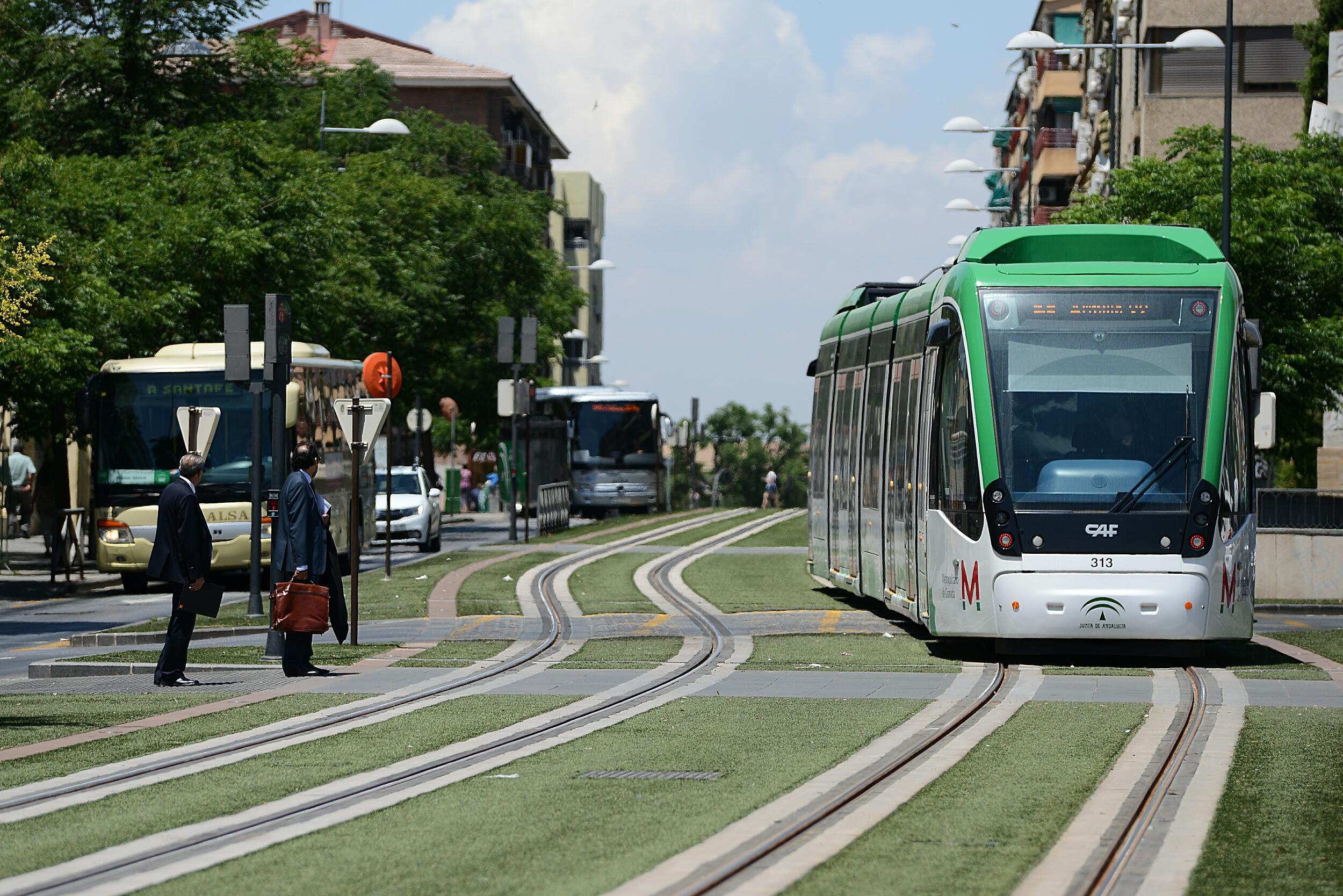Tren del Metro de Granada circulando en pruebas por La Caleta, en el trazado de la capital.