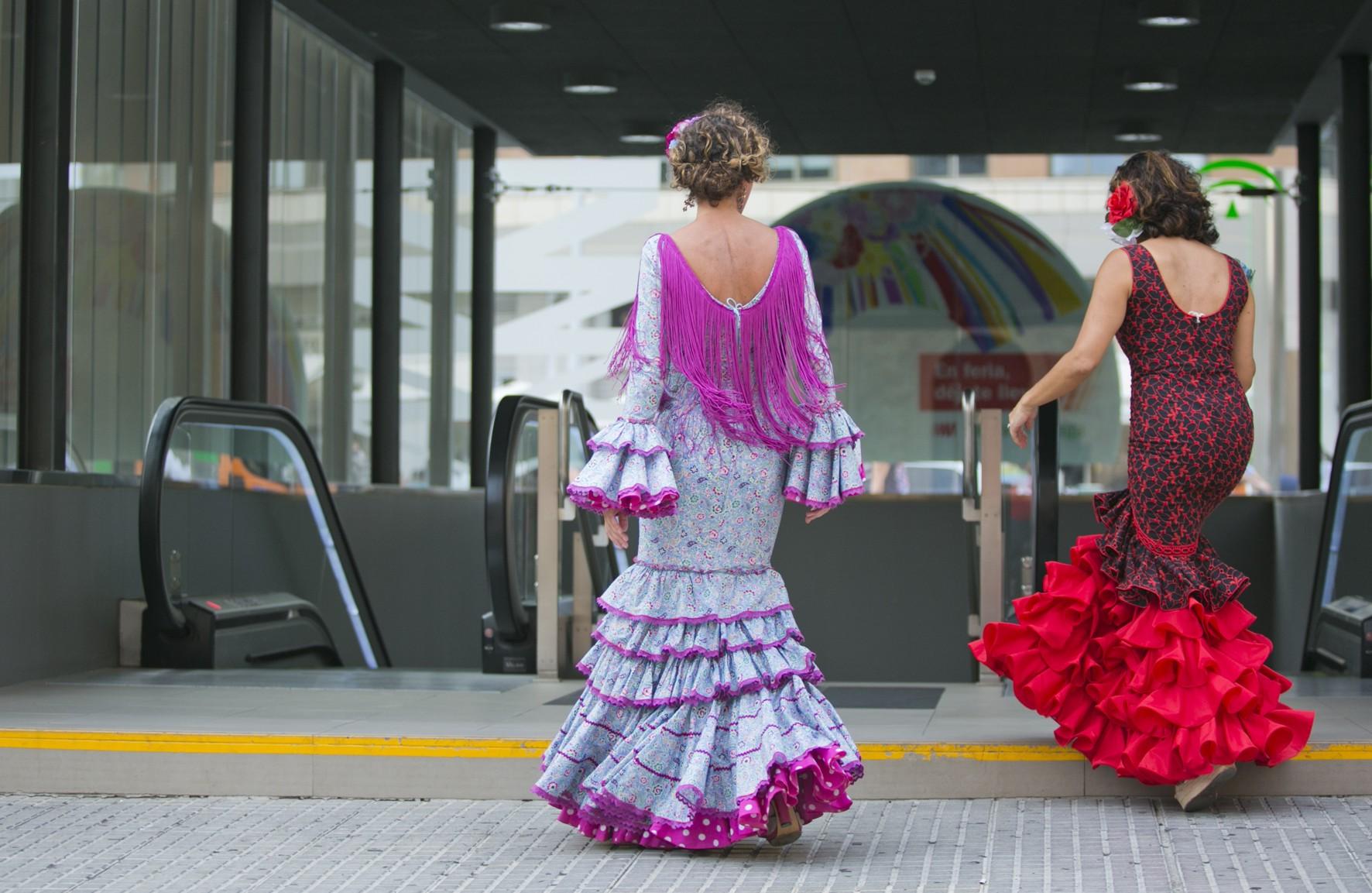 Usarias portando el traje de flamenco durante la Feria de Málaga.