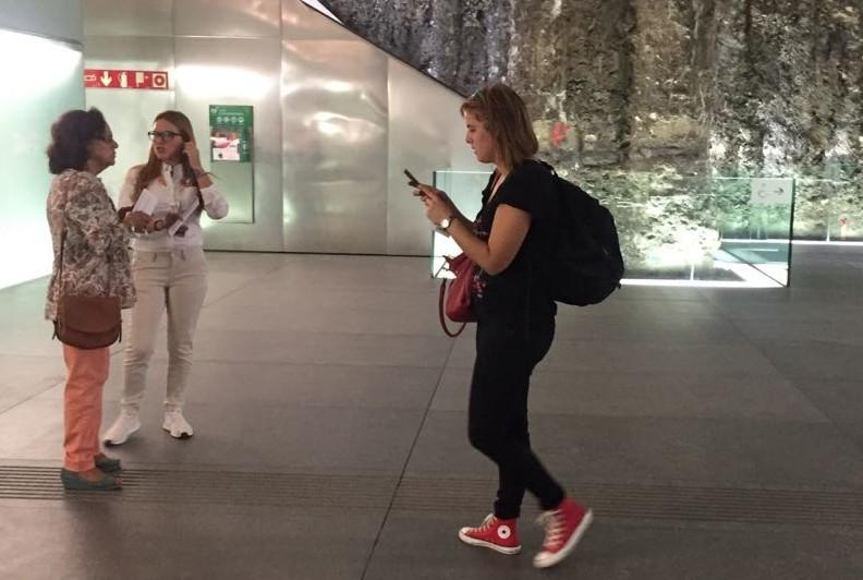 Los usuarios del metro de Granada se informan a través del teléfono móvil.