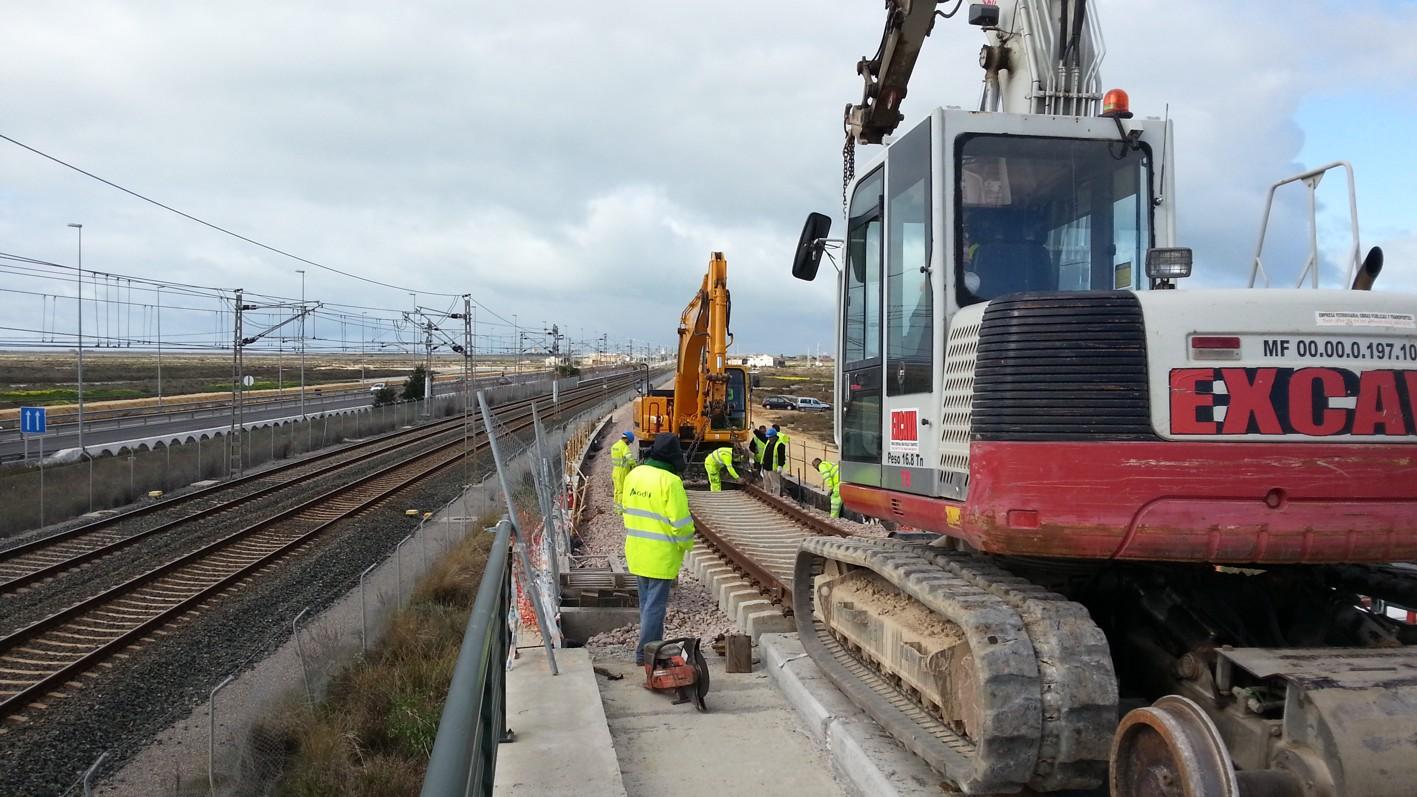 El montaje de vías ha comenzado en paralelo a las vías de lalínea de ferrocarril Sevilla - Cádiz.