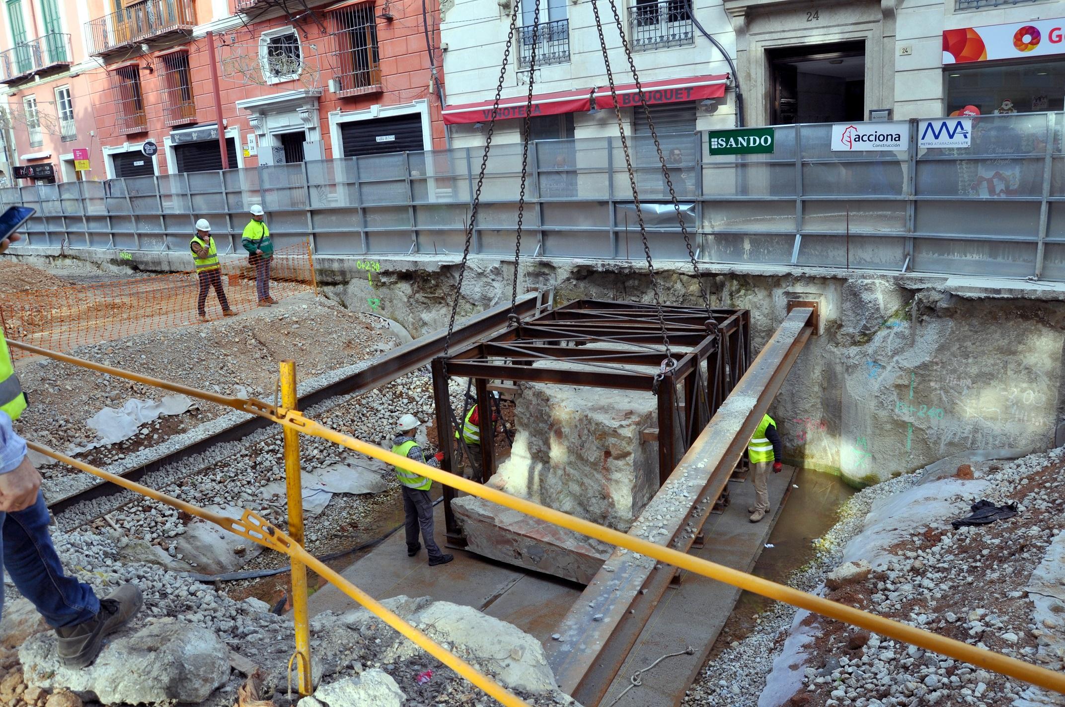 El operativo se ha llevado a cabo hoy, un día después de la retirada del segmento del muro oeste.