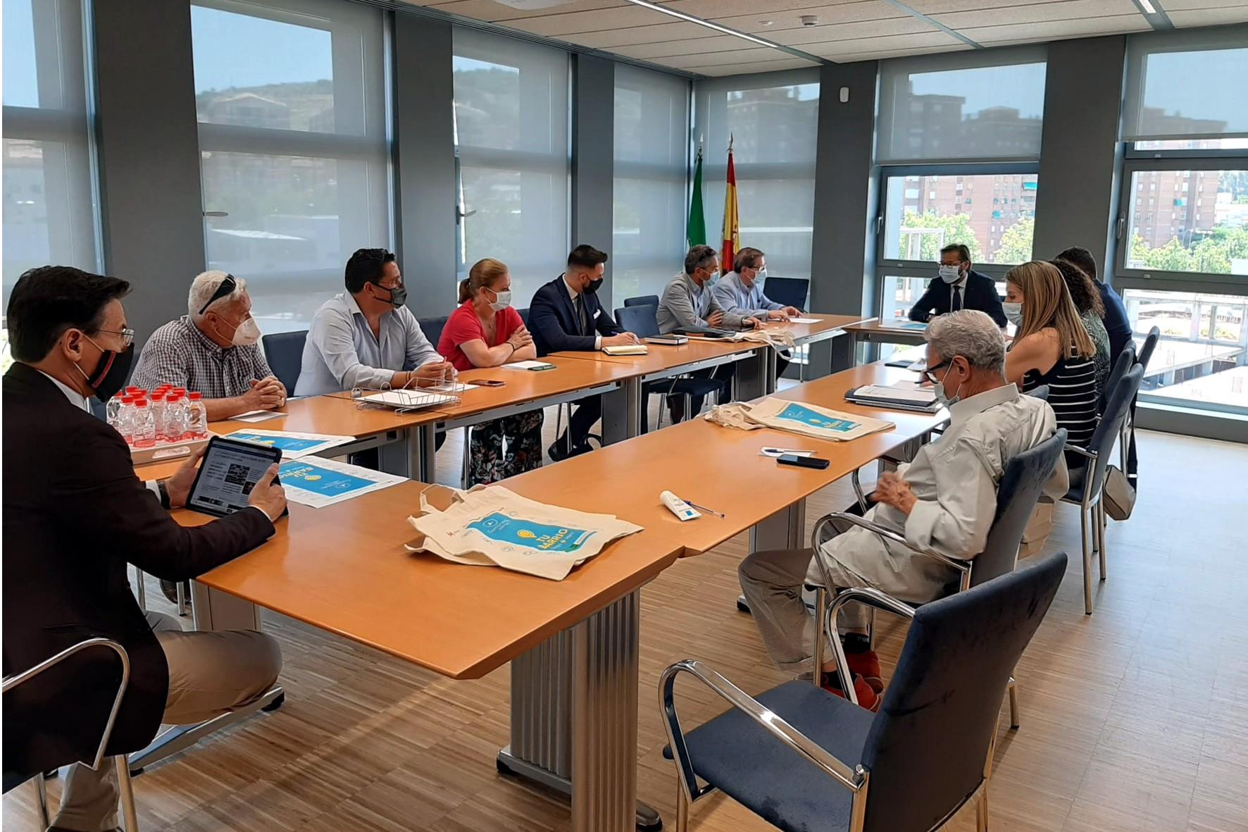 El delegado territorial se ha reunido, junto al alcalde de Granada, con los comerciantes de El Zaidín.