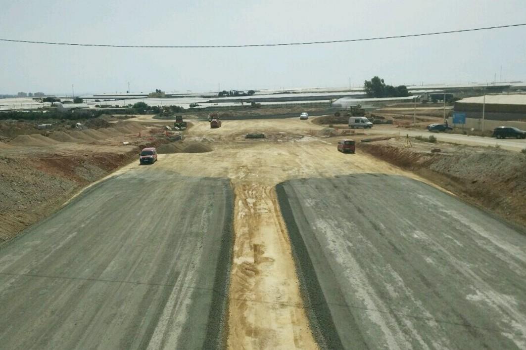 Obras en el último tramo de la autovía que da acceso a Roquetas de Mar en el poniente almeriense.