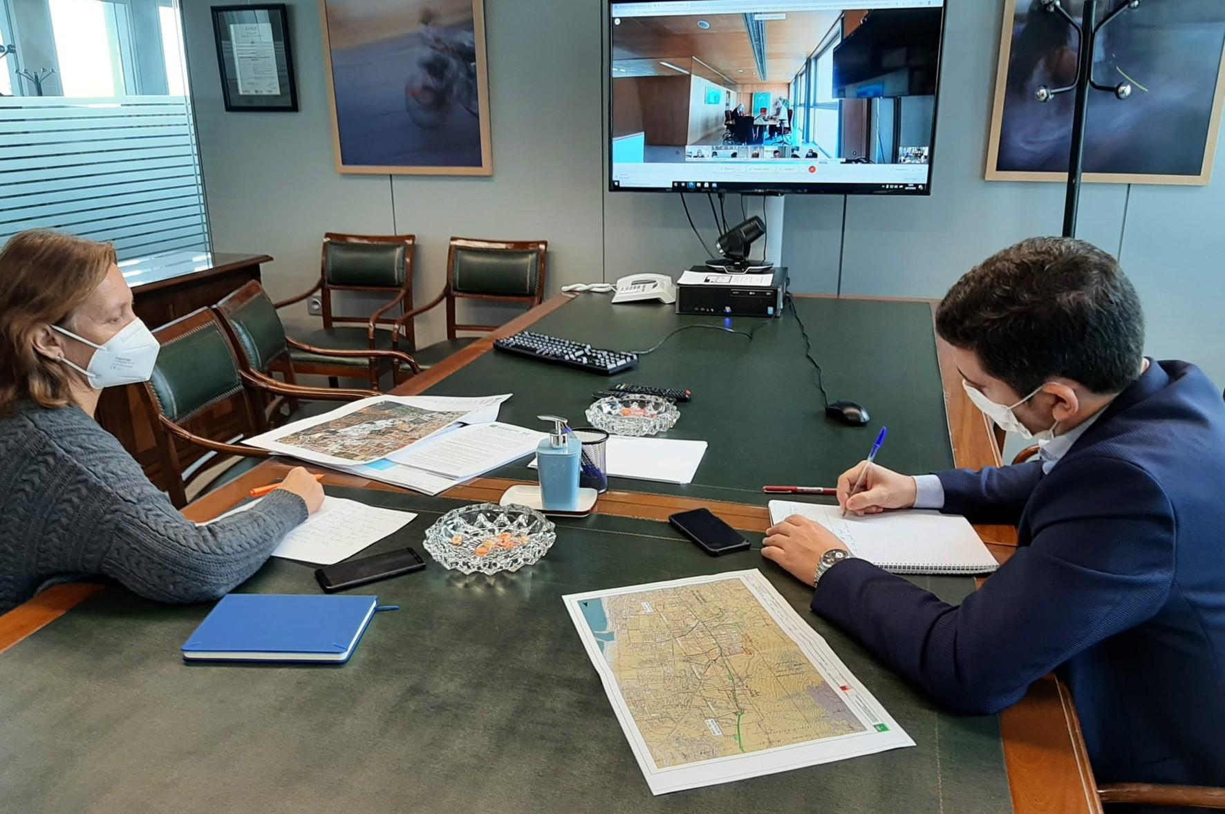 Técnicos de la Agencia de Obra pública asisten telemáticamente a la reunión.