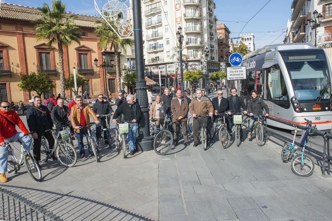 Los ciclistas gaditanos han recorrido las vías de la ciudad de Sevilla.