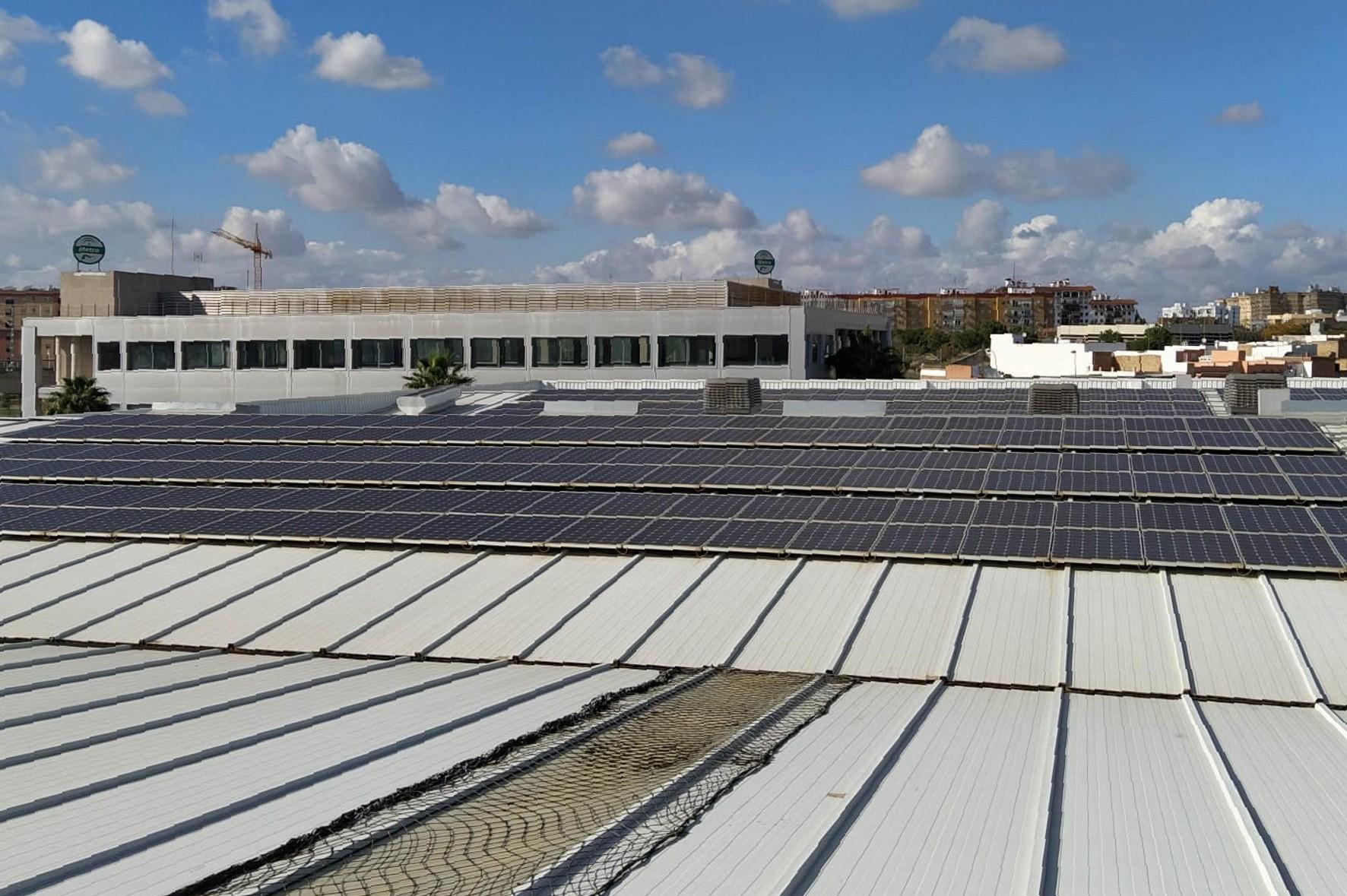 Metro de Sevilla ha colocado placas solares en la cubierta del edificio de cocheras.