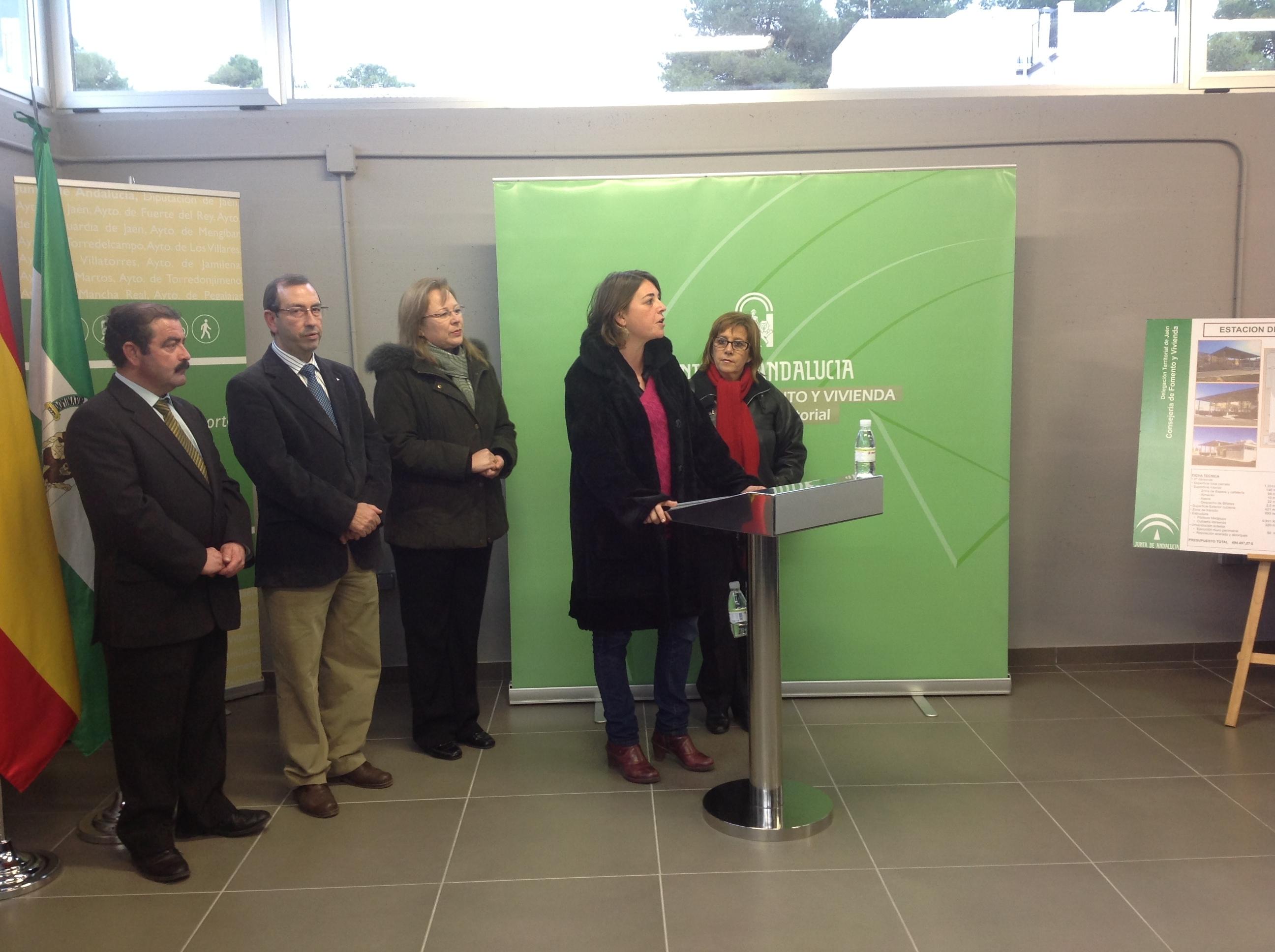 La consejera de Fomento y Vivienda, Elena Cortés, durante el acto de inauguración de la nueva estación de autobuses de Mancha Real.