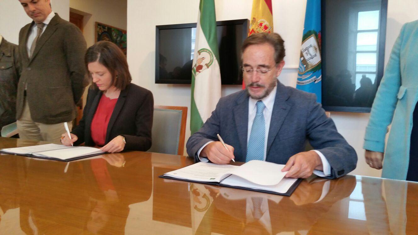 El consejero de Fomento y la alcaldesa de San Fernando durante la firma del convenio.