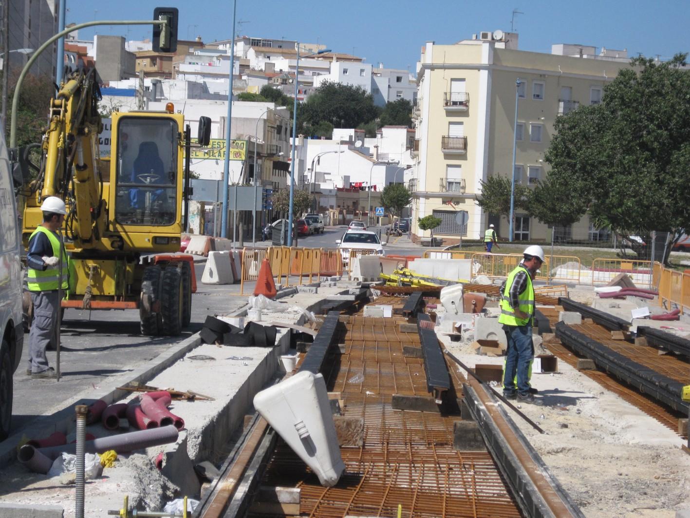 Obras en la plataforma tranviaria en el entorno de La Hoya.