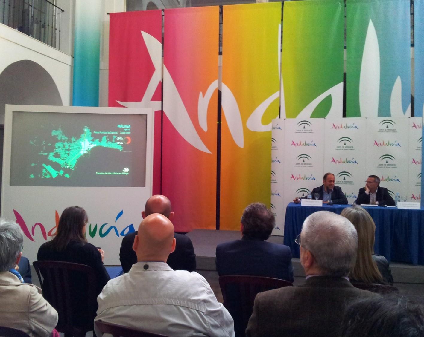 El viceconsejero, García Cebrián, durante la presentación de las vías ciclistas proyectadas en Málaga.