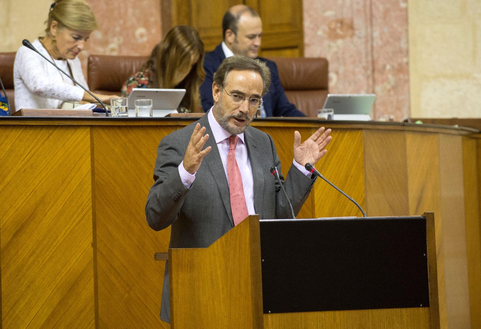 Felipe López, consejero de Fomento, en el Pleno del Parlamento para informar del Metro de Málaga.