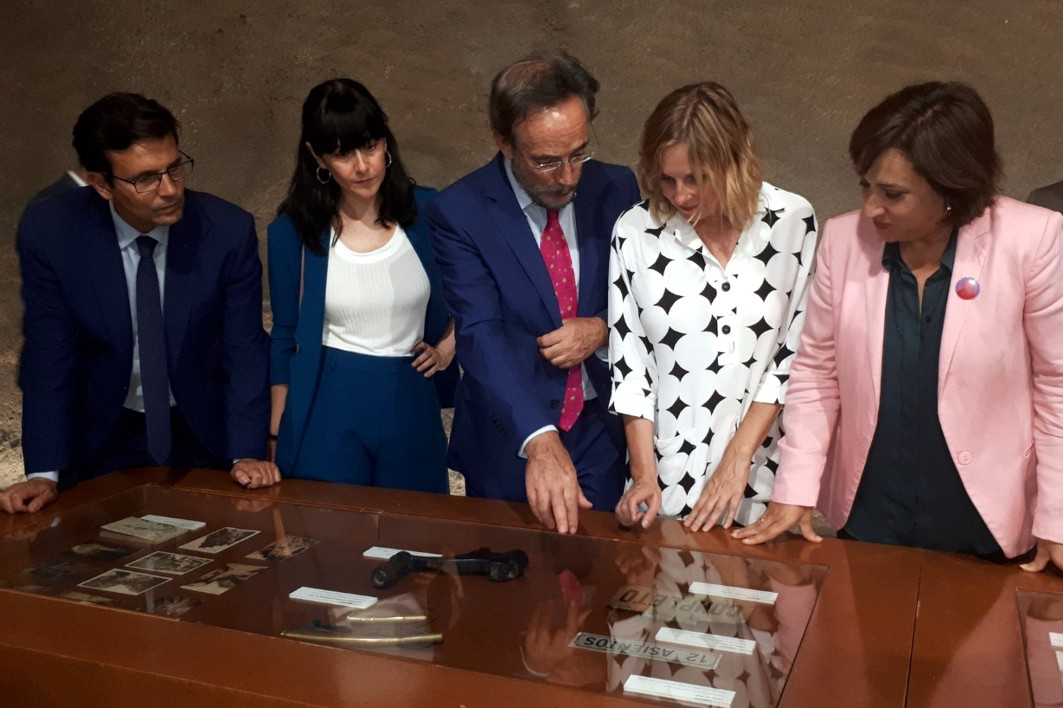 Autoridades inauguran la exposición sobre el transporte público en Granada.