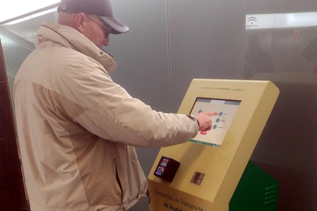 Nuevas máquinas de recarga en el metro de Granada.