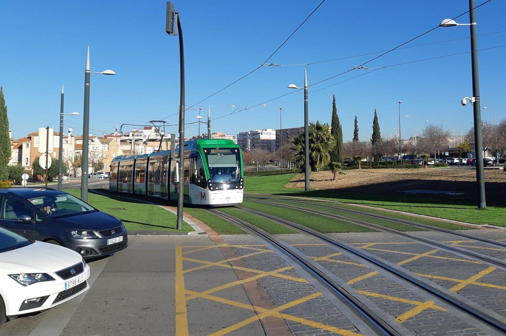 El objetivo principal de esta intervención es reducir la accidentabilidad en las intersecciones del metro con el tráfico rodado.