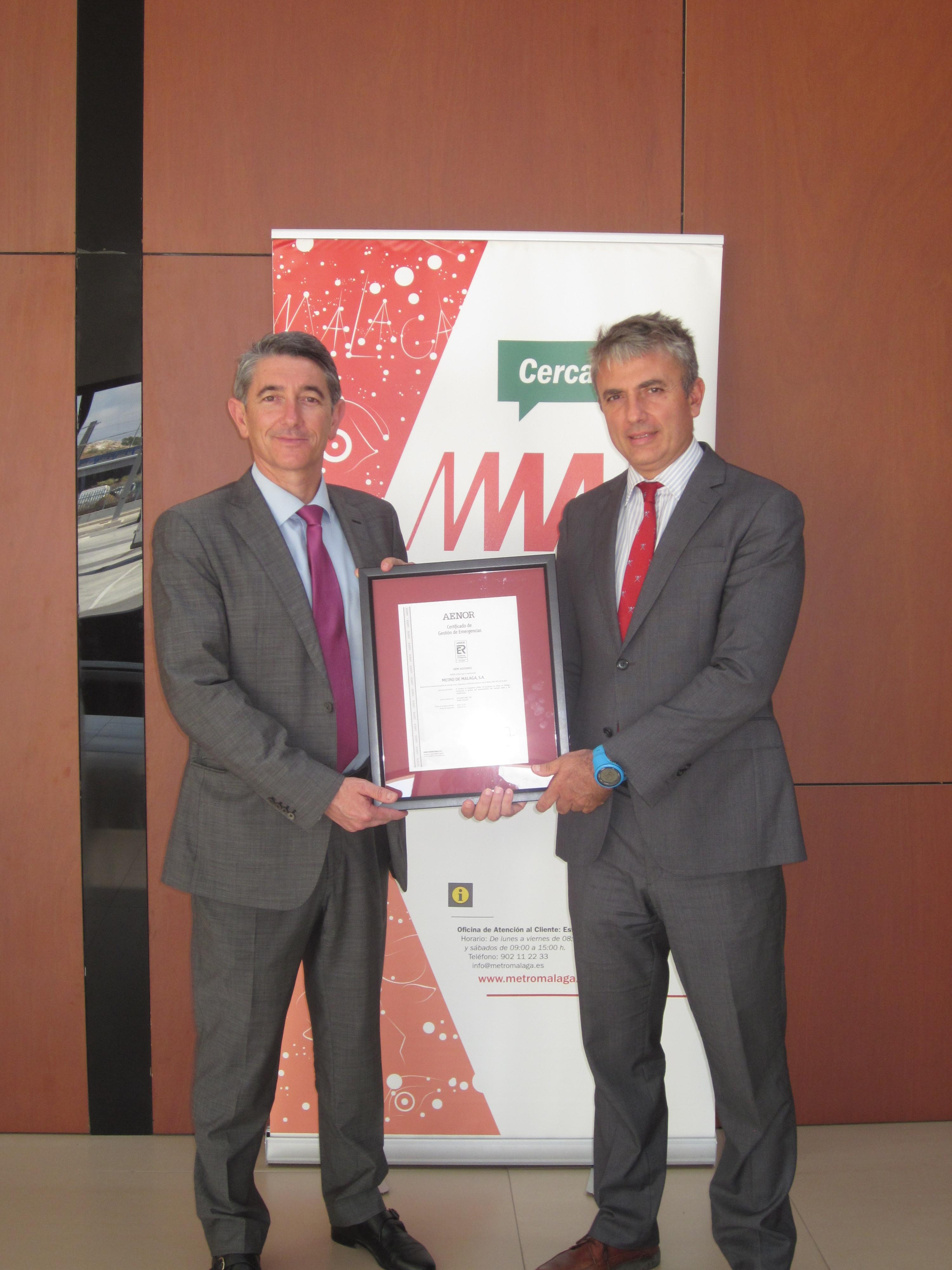 Fernando Lozano, director general de Metro de Málaga, recibe el certificado de Aenor.