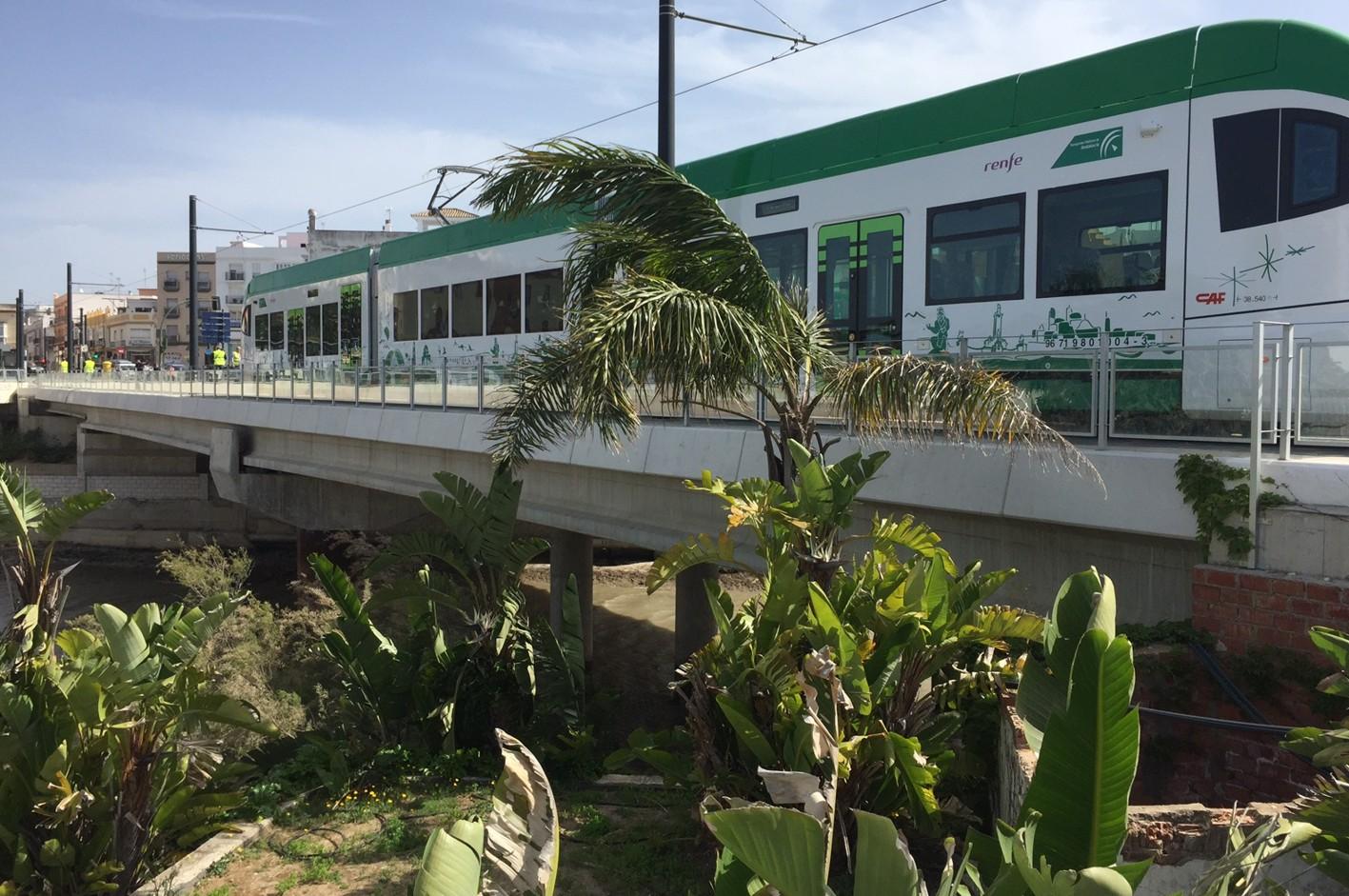 El tranvía d ela Bahía en pruebas, a su paso por Chiclana.