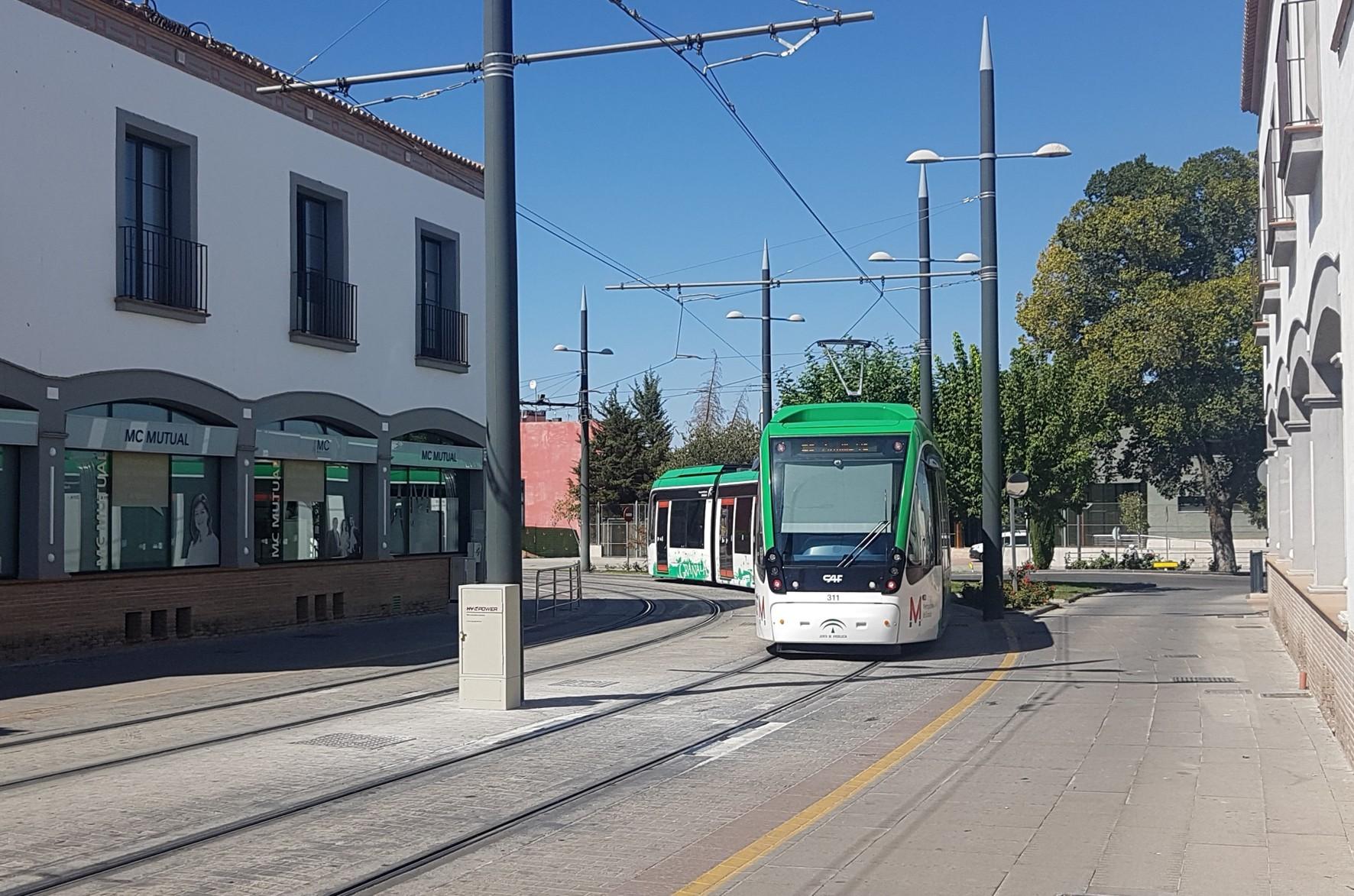 El Metro de Granada a su paso por Fernando de los Ríos, en Armilla.