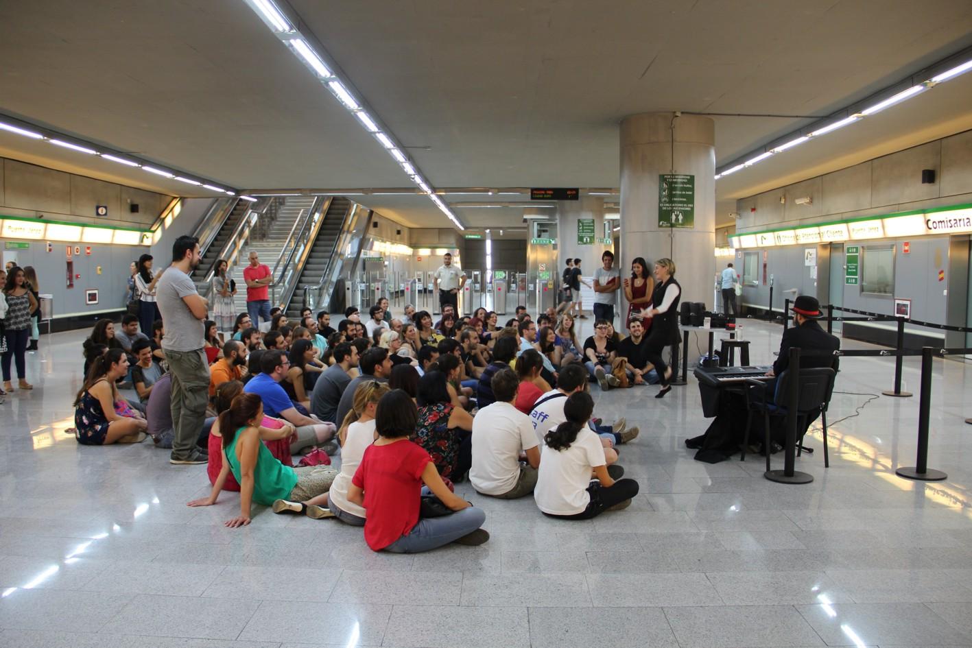 Usuarios de Metro de Sevilla disfrutando de actividades culturales.