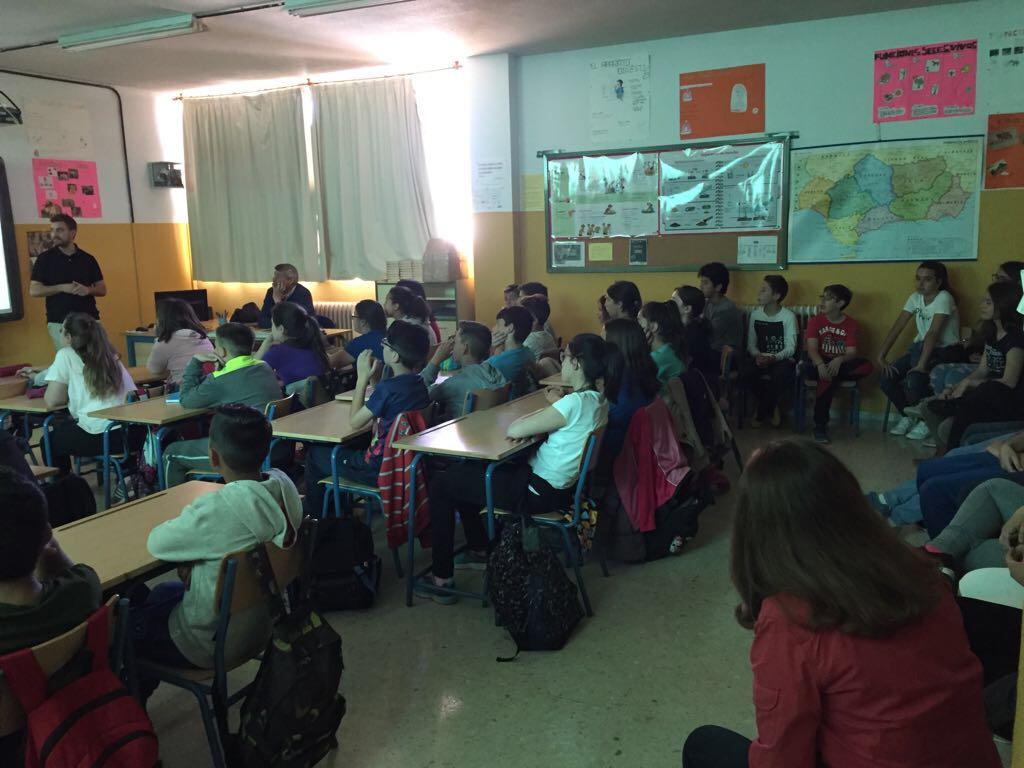 Metroguías impartiendo hoy una chala didáctica en un centro escolar de Granada.