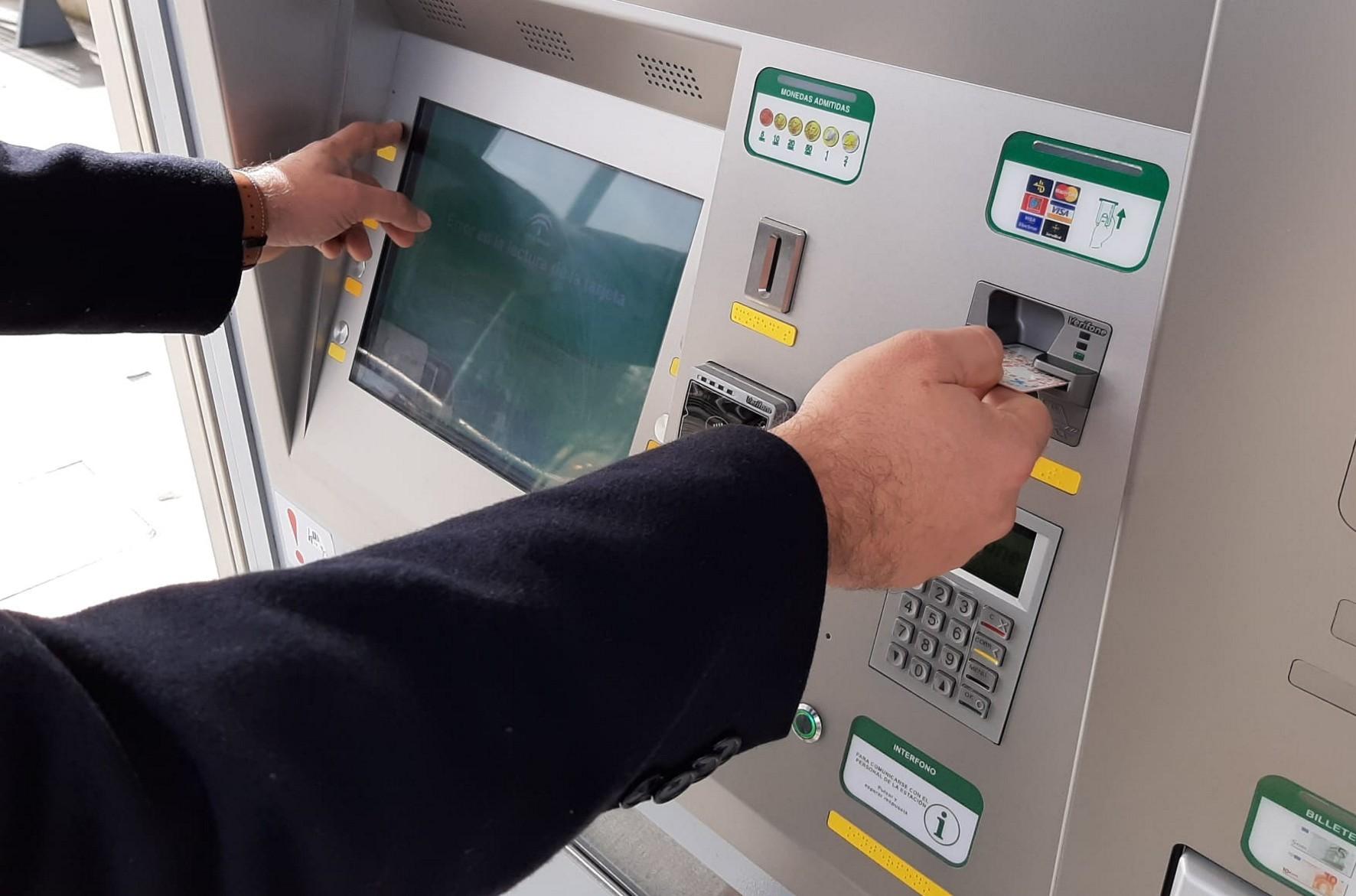 Pago con tarjeta en el metro de Granada.