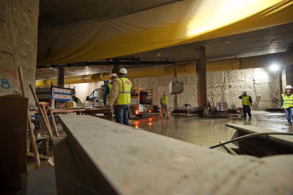 Trabajadores de Metro de Málaga en el tramo de túnel comprendido entre El Perchel y Guadalmedina