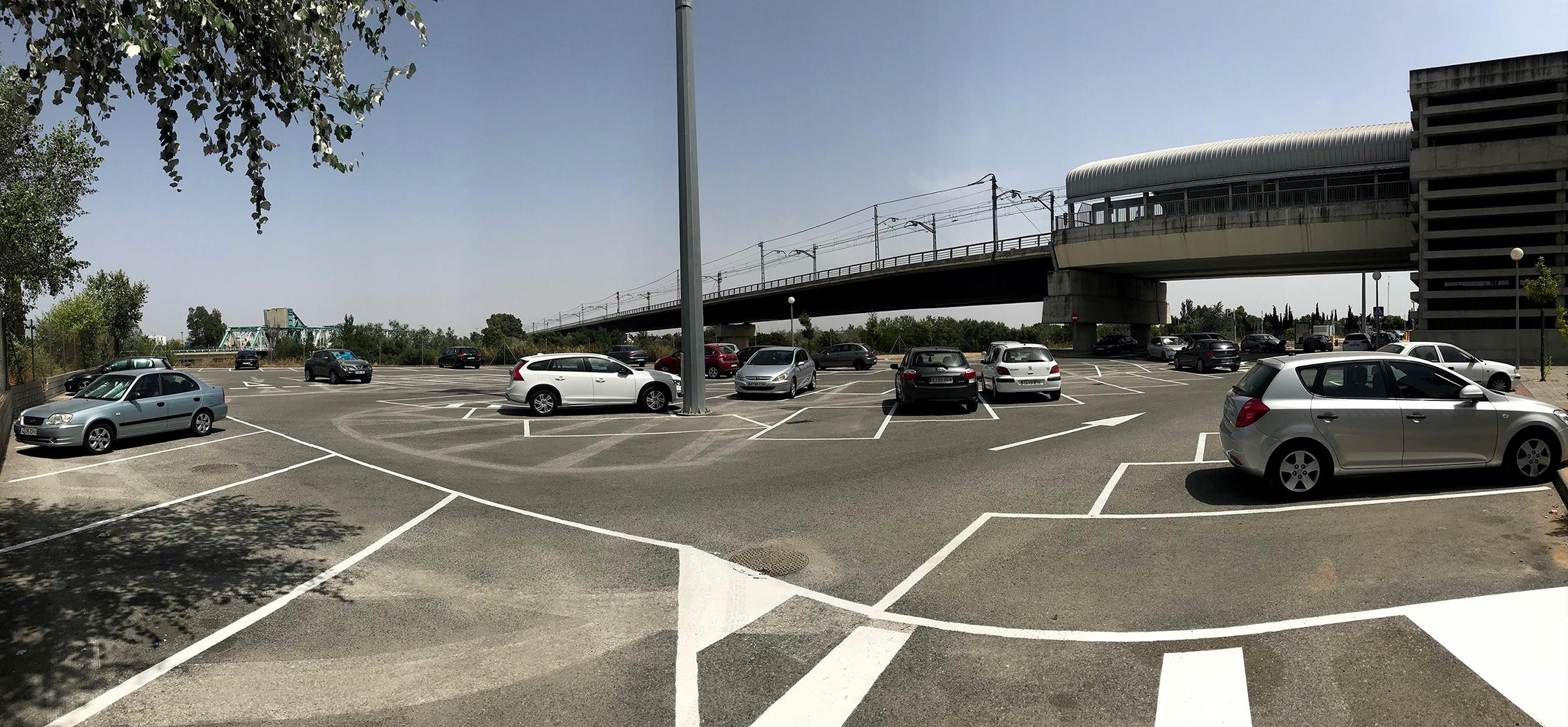 El parking de San Juan Bajo llega a estar ocupado al 100% en las primeras horas del periodo laboral.