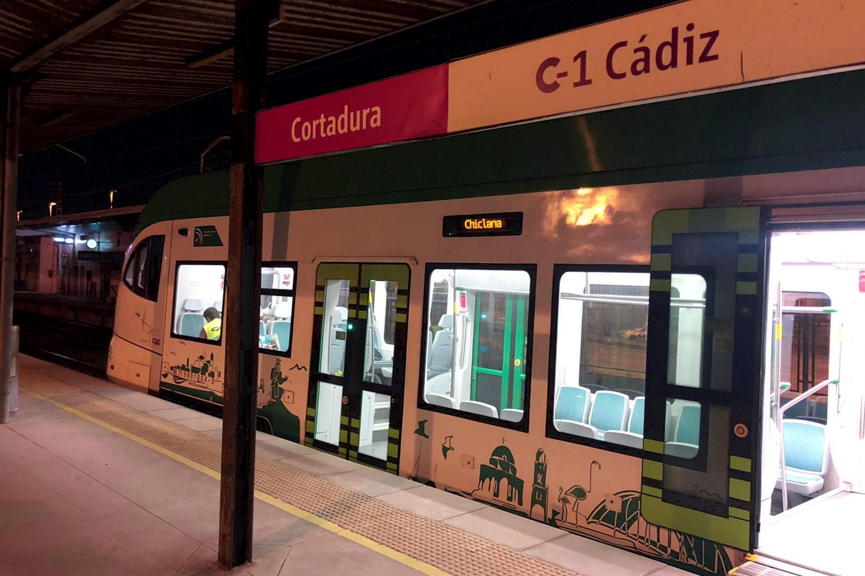El tranvía llega por primera vez en pruebas a la estación de Cercanías de Cortadura, en Cádiz capital.
