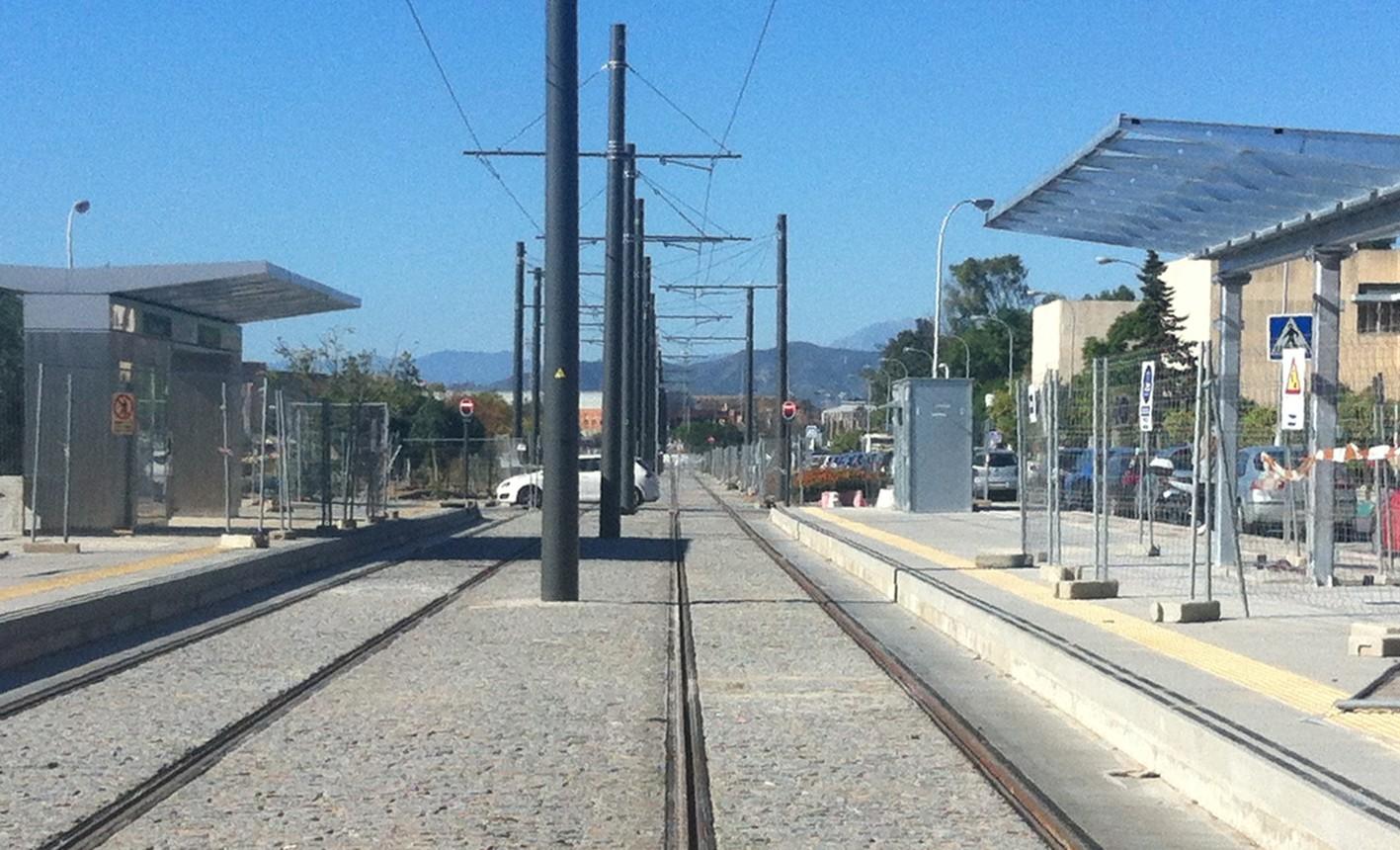 La Junta instala la señalización en el tramo en superficie de Metro de Málaga.
