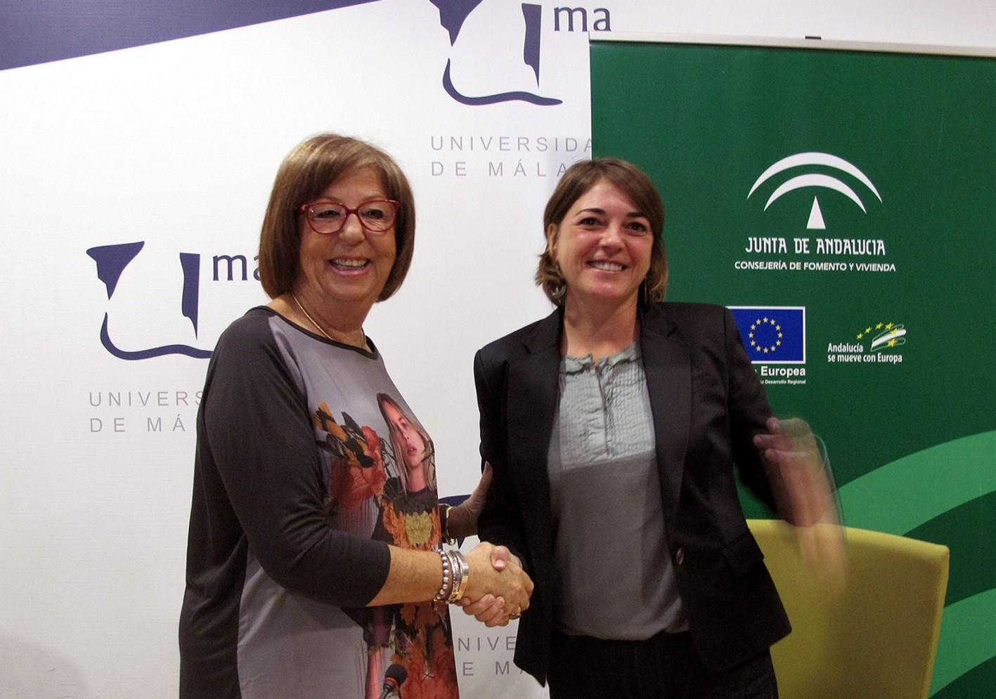 La consejera y la rectora de la UMA, tras la firma del convenio.