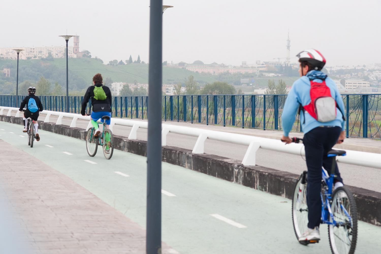 Ciclistas en el Puente de Hierro de San Juan de Aznalfarache.