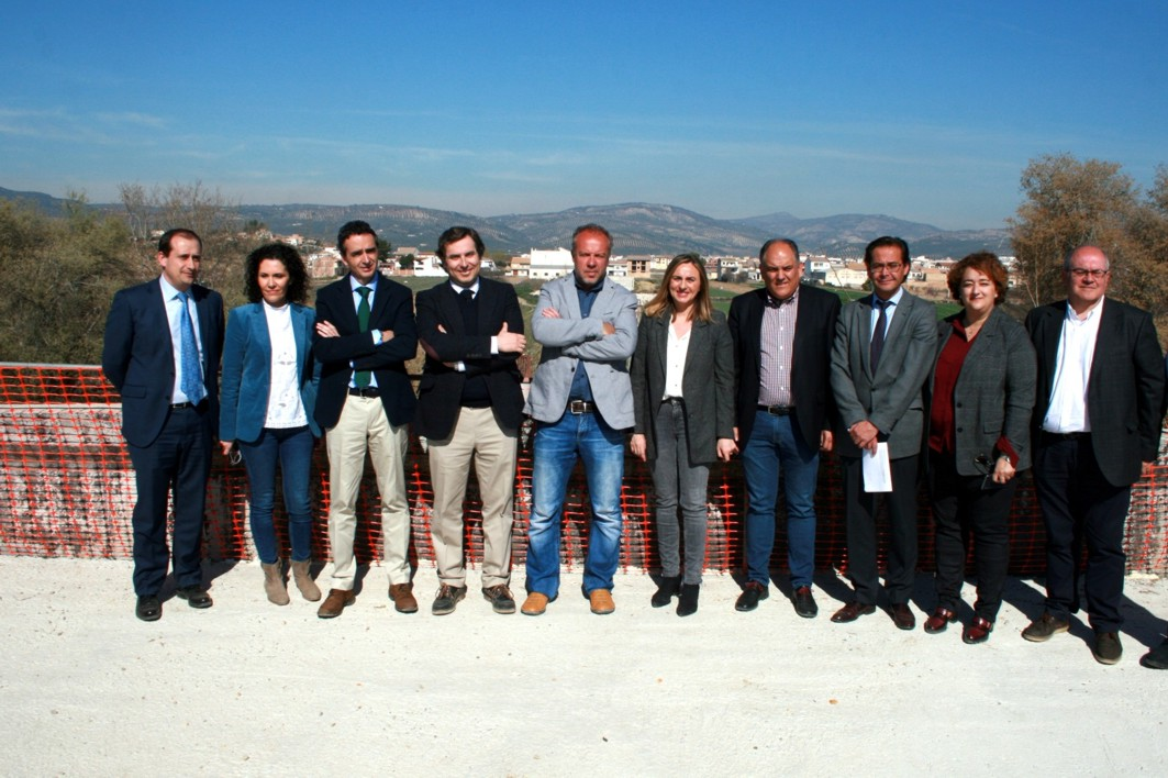 La consejera de Fomento, Marifrán Carazo, junto al resto de autoridades durante la visita.