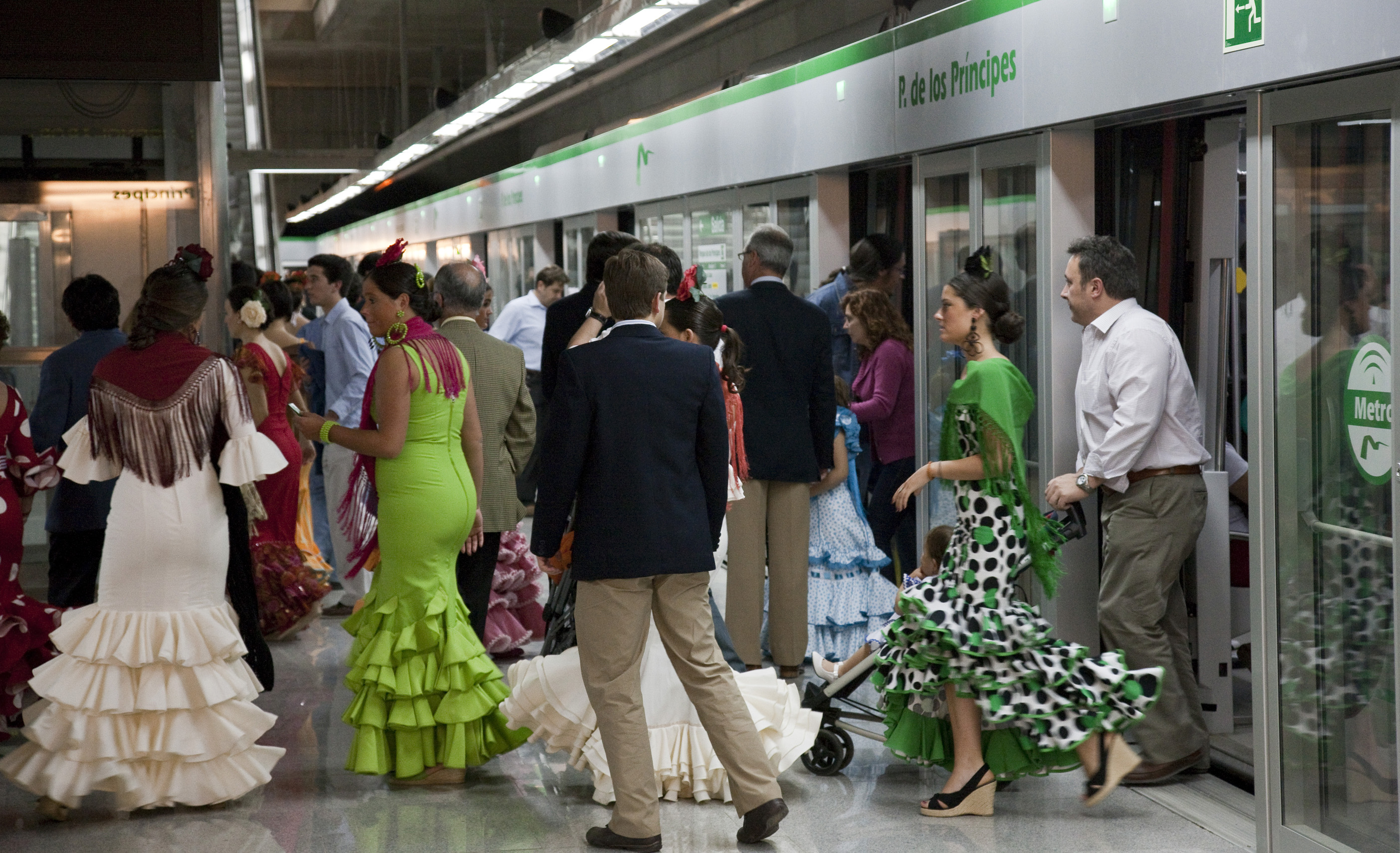 Ciudadanos de Sevilla acuden a la feria en metro.