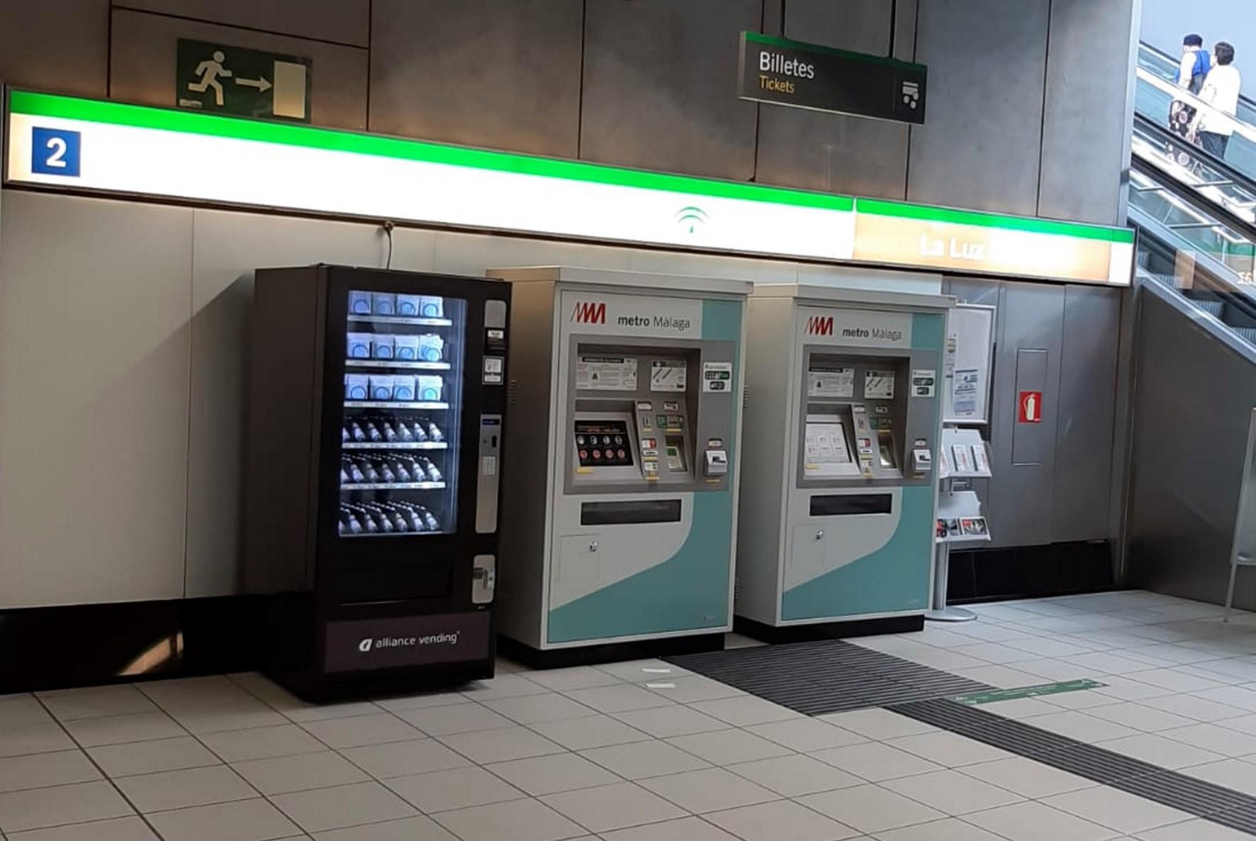 Máquinas expendedoras de mascarillas en las estaciones del metro de Málaga.