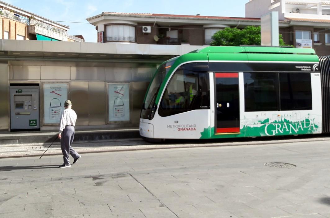 El tren de metro estacionado en la parada término de Armilla.