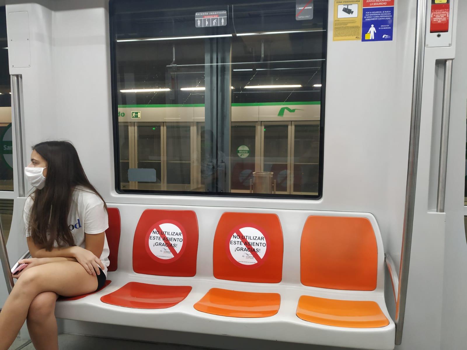 Usuarios del Metro de Sevilla en la fase de desescalada.