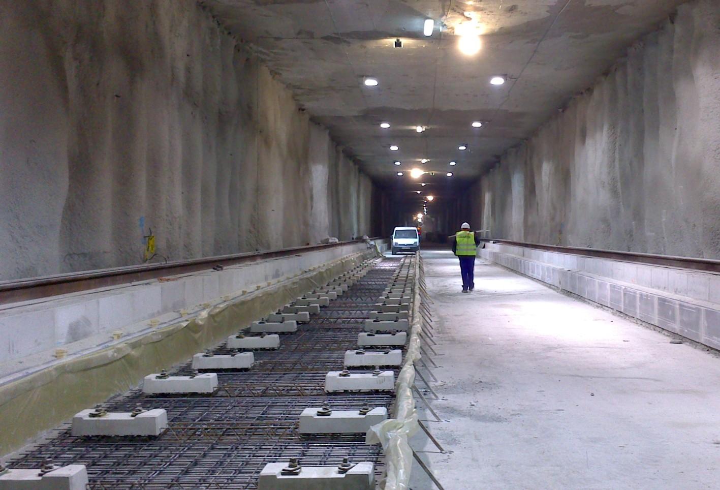 Trabajos iniciales de superestructura de vía en la traza subterránea.
