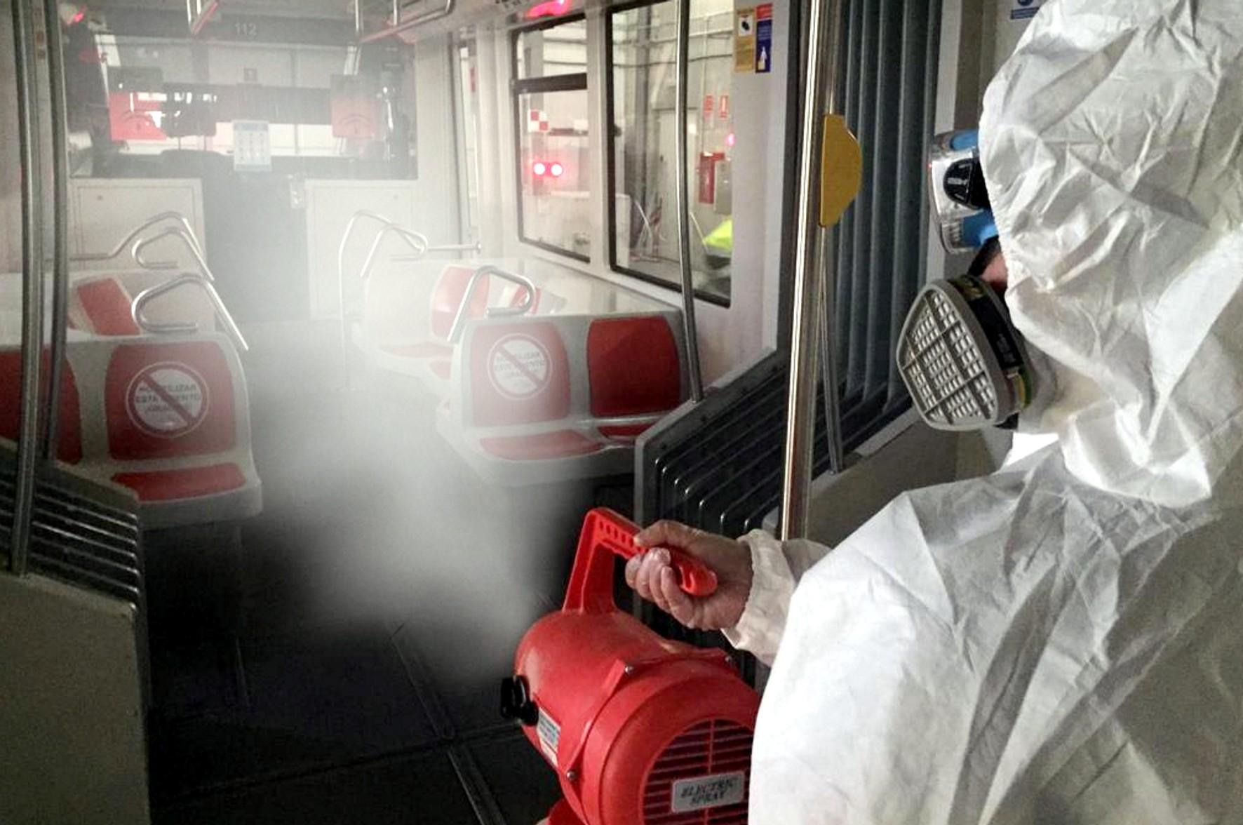 Desinfección mediante nube de partículas en el metro de Sevilla.